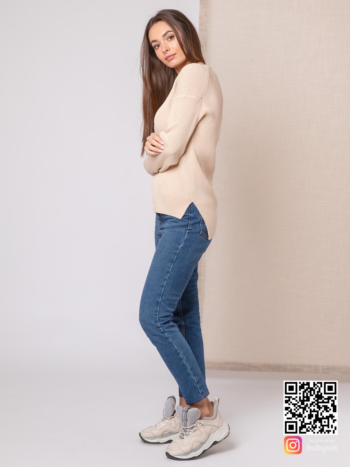 На четвертой фотографии легкий пуловер тонкий женский бежевого цвета от Shapar, бренда вязаной одежды ручной работы в интернет-магазине связанных спицами вещей.