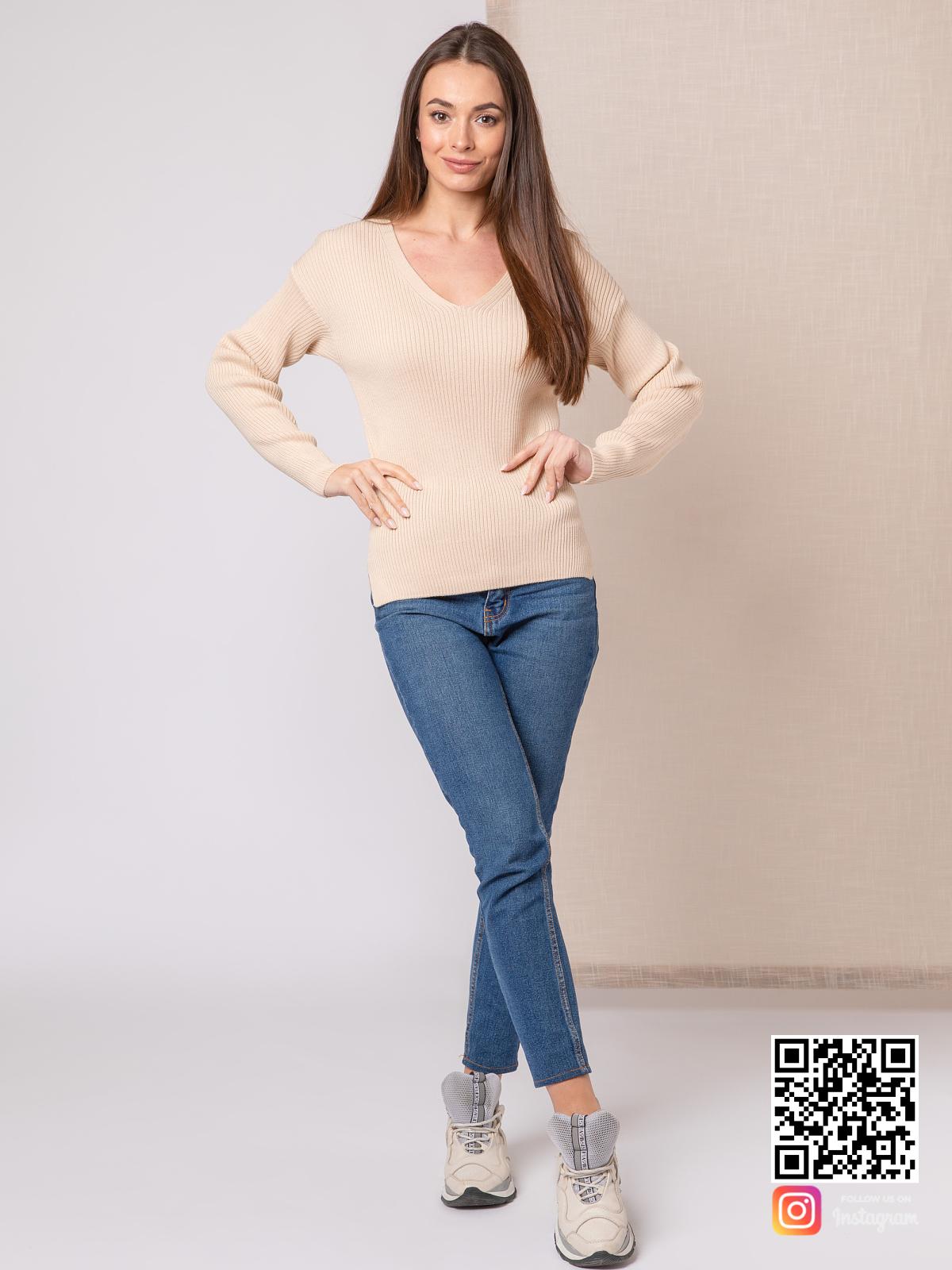 На третьей фотографии бежевый пуловер тонкий женский от Shapar, бренда вязаной одежды ручной работы в интернет-магазине связанных спицами вещей.