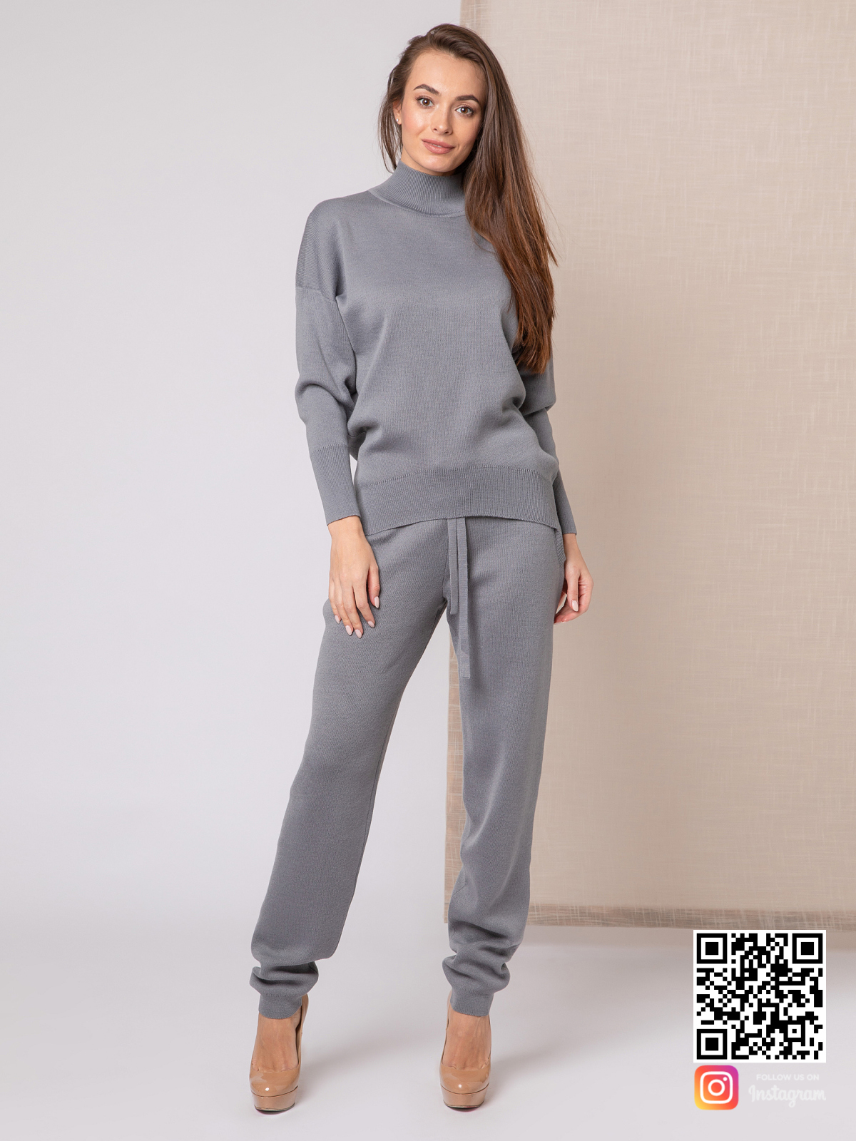 На четвертой фотографии серый костюм женский с завязками на брюках от Shapar, бренда вязаной одежды ручной работы в интернет-магазине связанных спицами вещей.
