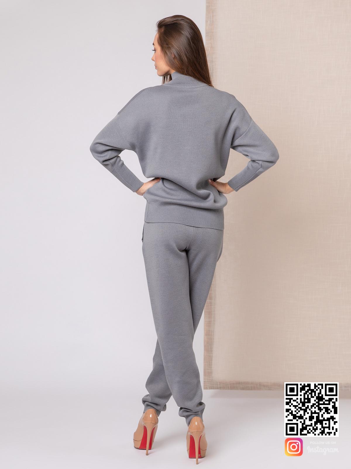 На третьей фотографии серый костюм женский со спины от Shapar, бренда вязаной одежды ручной работы в интернет-магазине связанных спицами вещей.