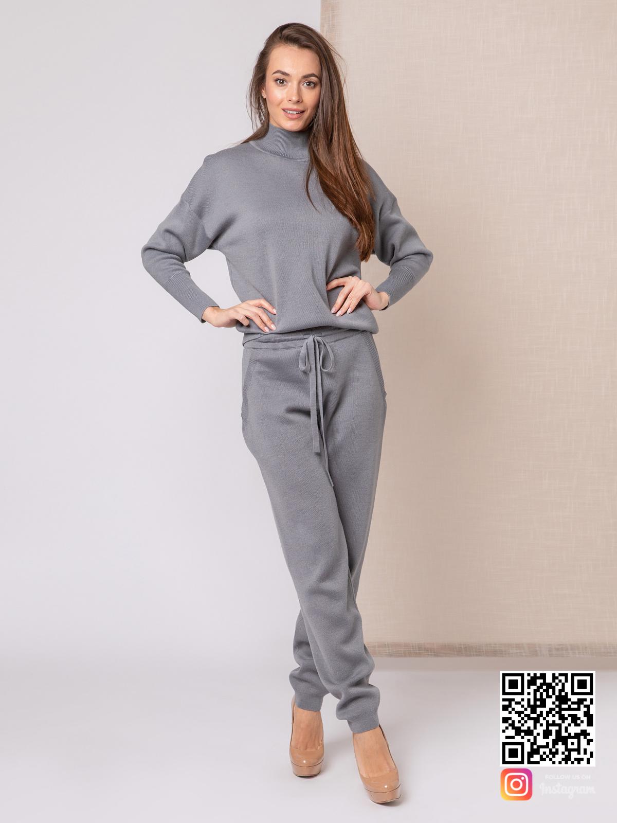 На шестой фотографии повседневный серый костюм женский от Shapar, бренда вязаной одежды ручной работы в интернет-магазине связанных спицами вещей.