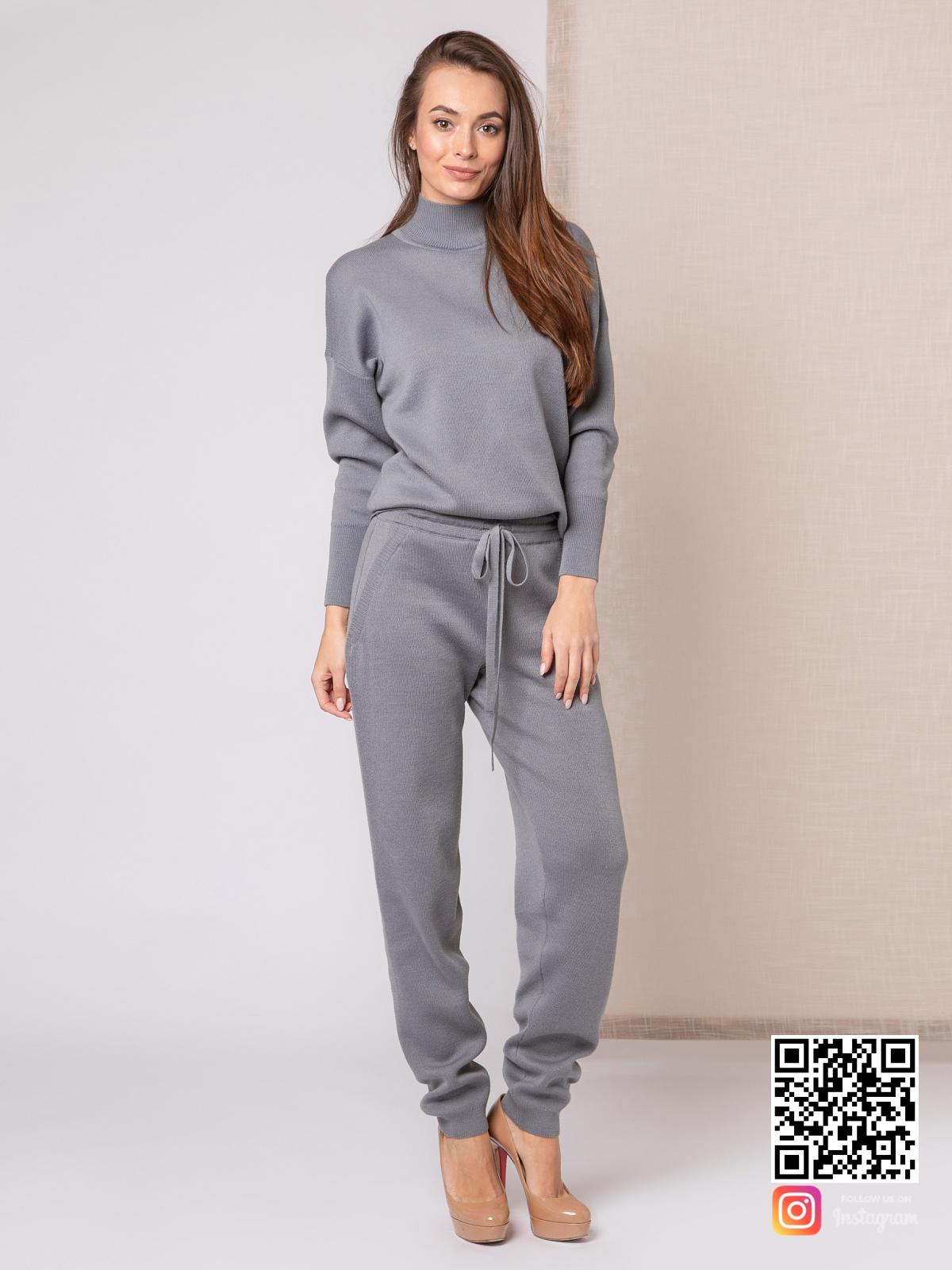 На фотографии серый костюм женский от Shapar, бренда вязаной одежды ручной работы в интернет-магазине связанных спицами вещей.