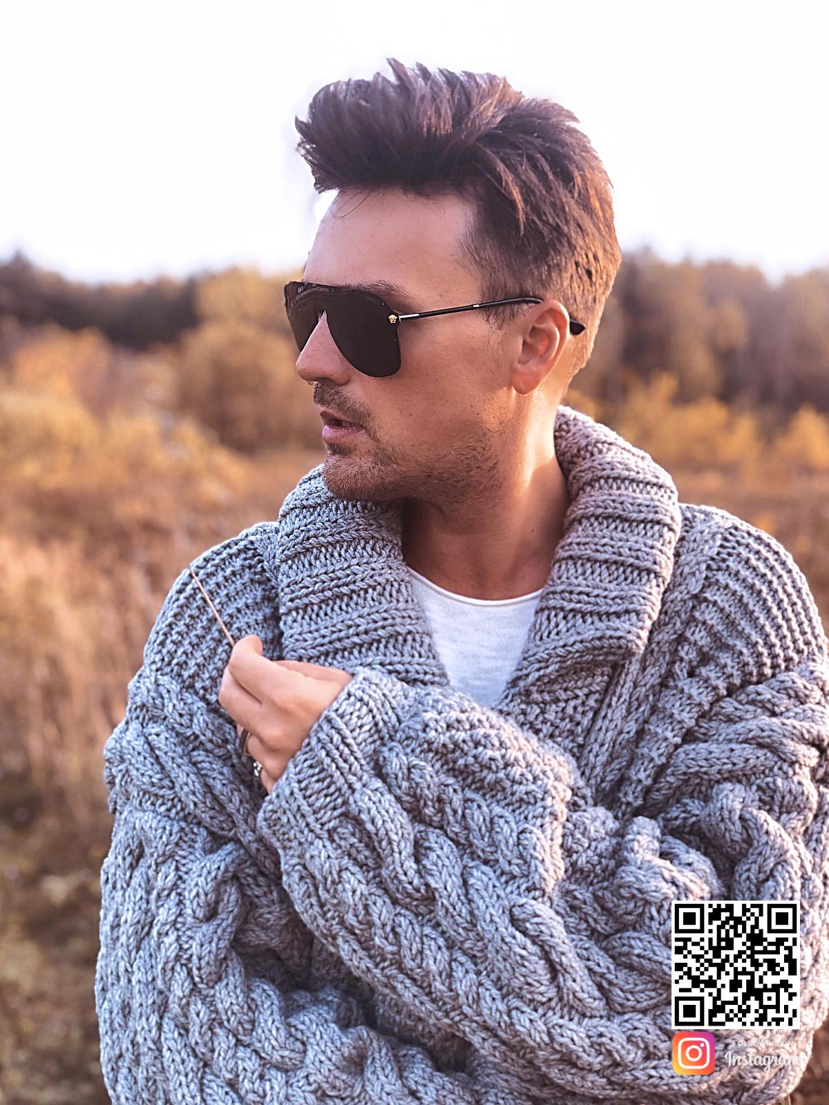 На шестой фотографии теплый серый мужской кардиган от Shapar, бренда вязаной одежды ручной работы в интернет-магазине связанных спицами вещей.