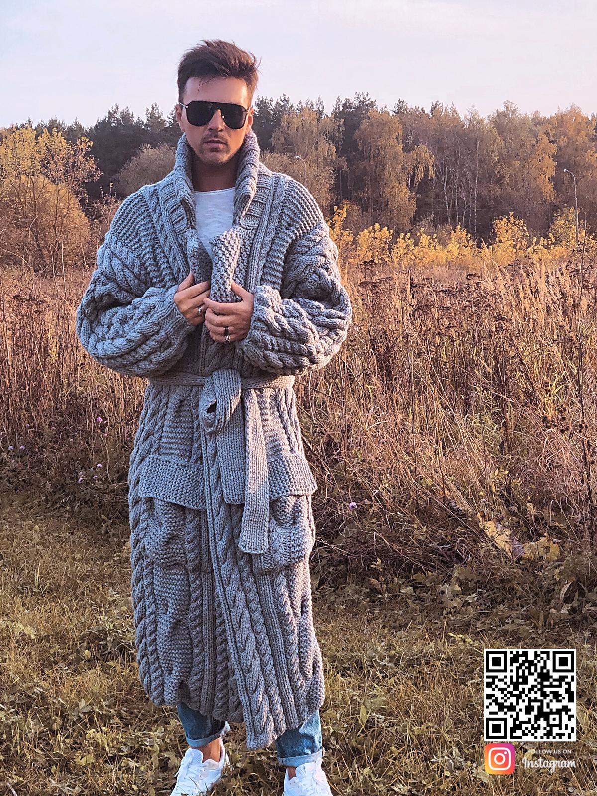 На второй фотографии длинный серый мужской кардиган от Shapar, бренда вязаной одежды ручной работы в интернет-магазине связанных спицами вещей.