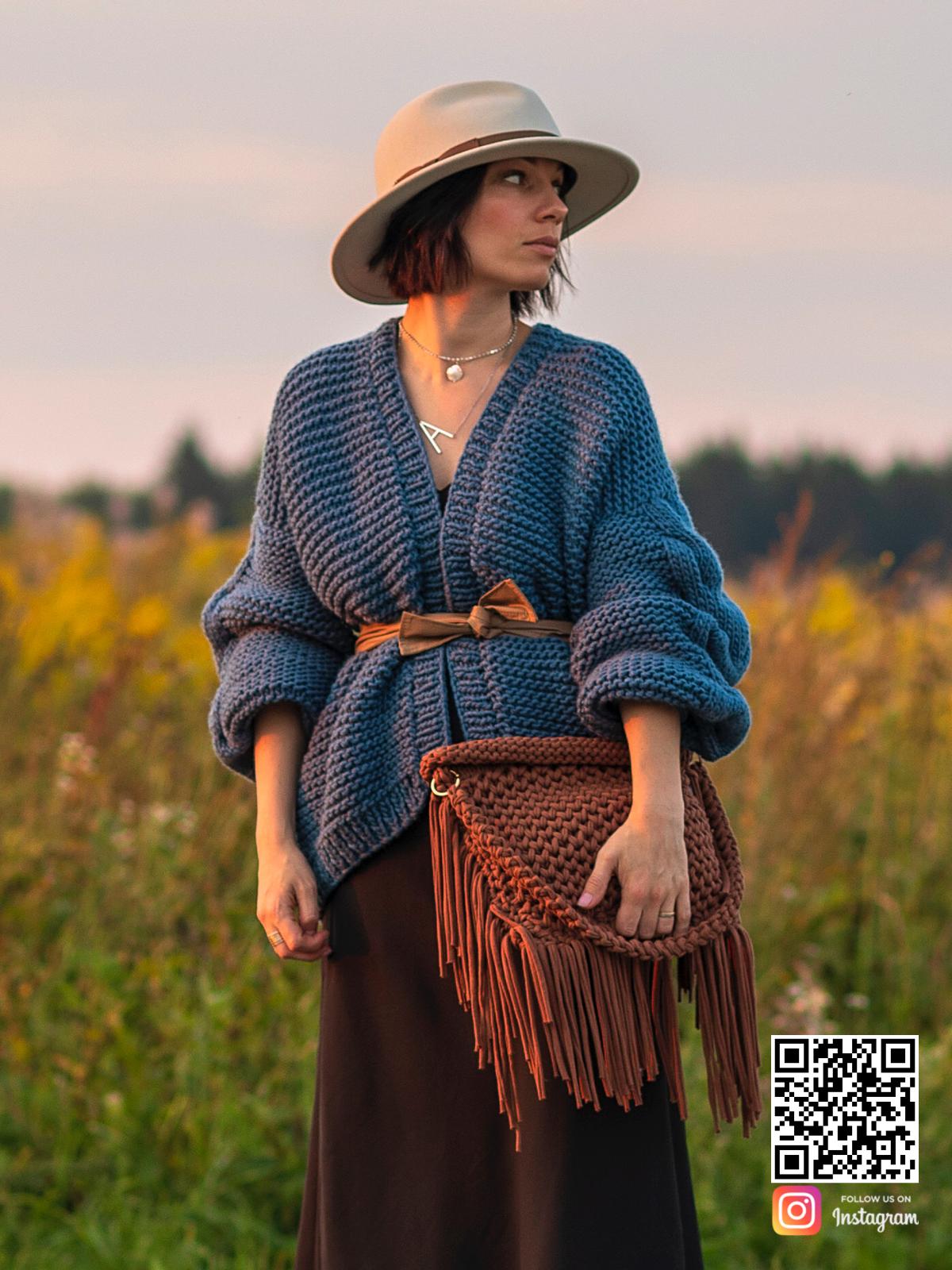 На фотографии синий бомбер женский от Shapar, бренда вязаной одежды ручной работы в интернет-магазине связанных спицами вещей.