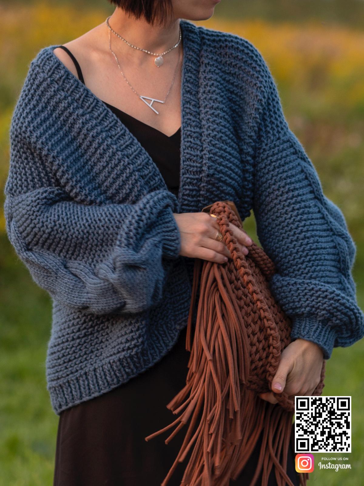 На третьей фотографии короткий женский синий бомбер крупной вязки от Shapar, бренда вязаной одежды ручной работы в интернет-магазине связанных спицами вещей.