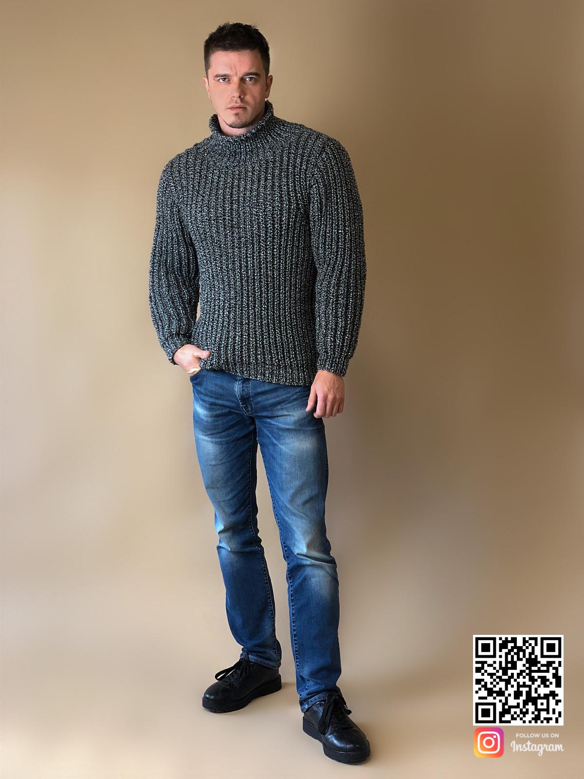 На седьмой фотографии стильный теплый свитер мужской от Shapar, бренда вязаной одежды ручной работы в интернет-магазине связанных спицами вещей.