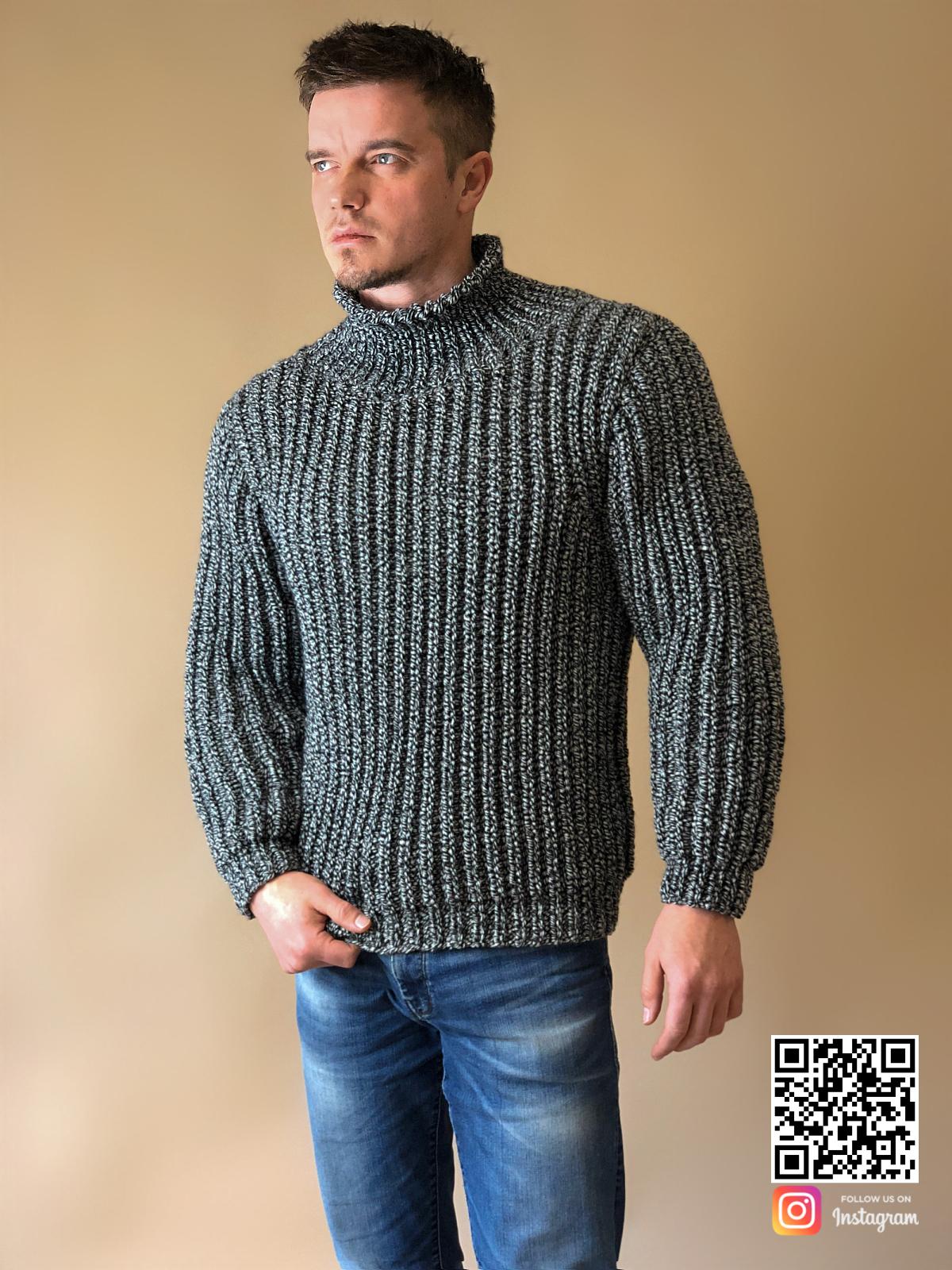 На фотографии теплый свитер мужской от Shapar, бренда вязаной одежды ручной работы в интернет-магазине связанных спицами вещей.