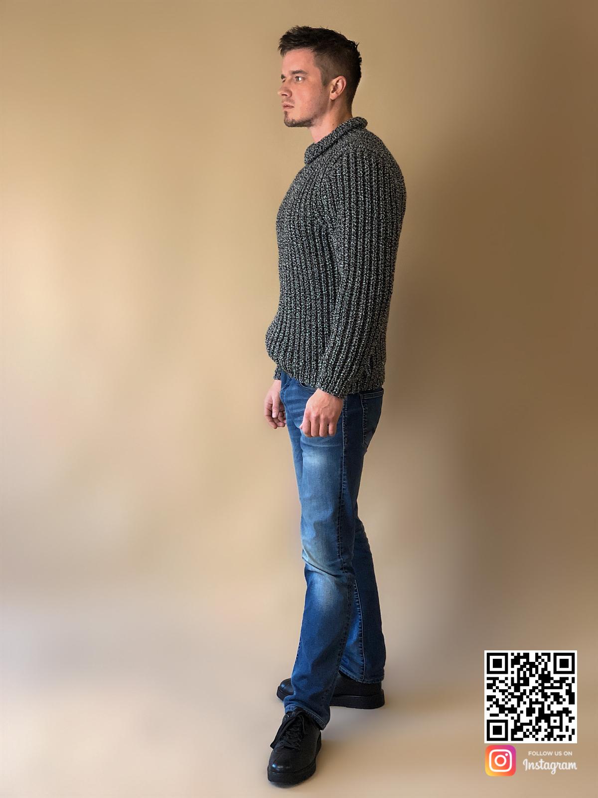 На шестой фотографии теплый свитер мужской из толстой пряжи от Shapar, бренда вязаной одежды ручной работы в интернет-магазине связанных спицами вещей.
