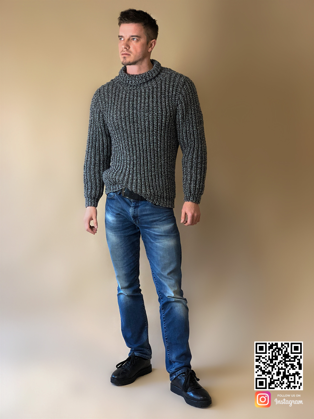 На пятой фотографии серый теплый свитер мужской от Shapar, бренда вязаной одежды ручной работы в интернет-магазине связанных спицами вещей.