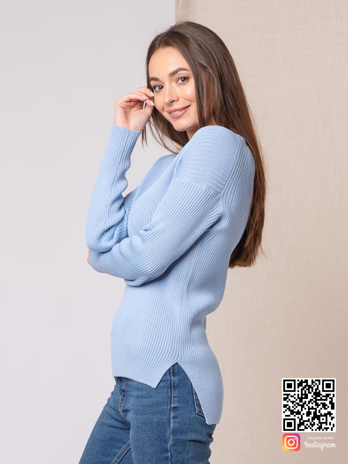 На второй фотографии женский тонкий пуловер с асимметричным низом от Shapar, бренда вязаной одежды ручной работы в интернет-магазине связанных спицами вещей.