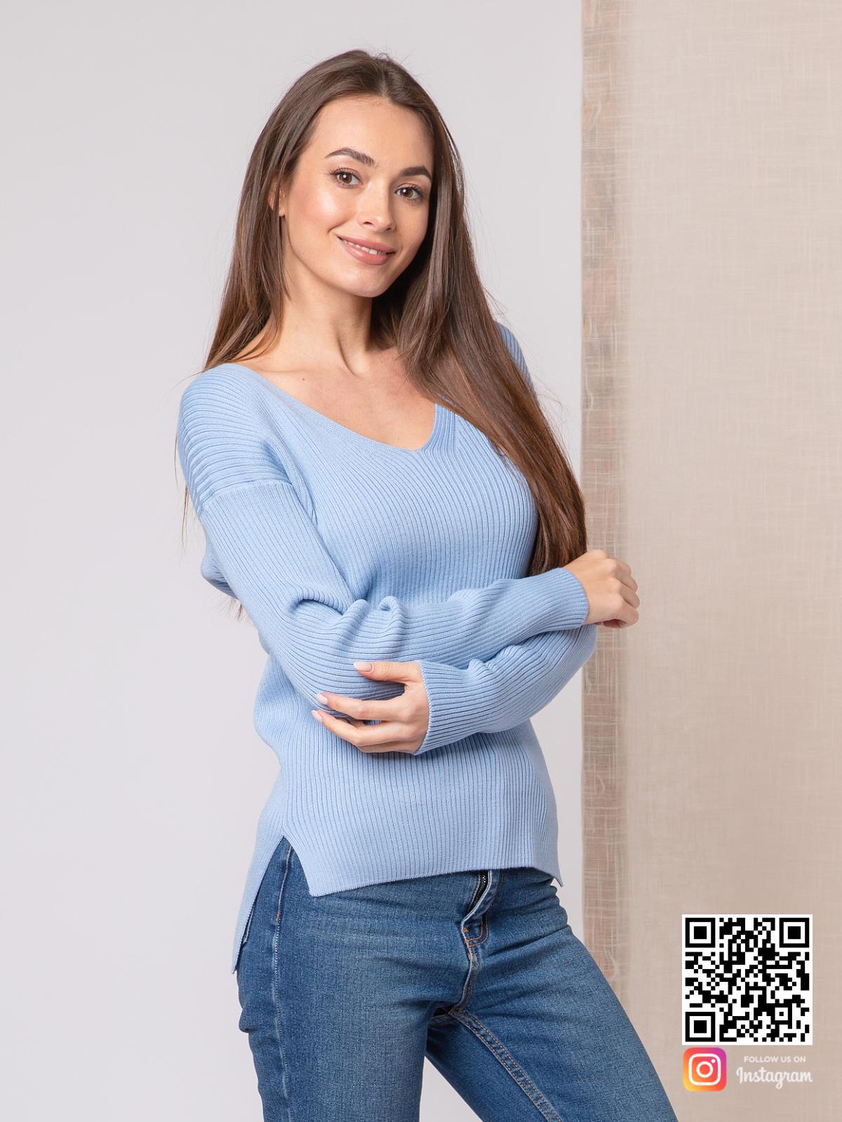 На фотографии женский тонкий пуловер от Shapar, бренда вязаной одежды ручной работы в интернет-магазине связанных спицами вещей.