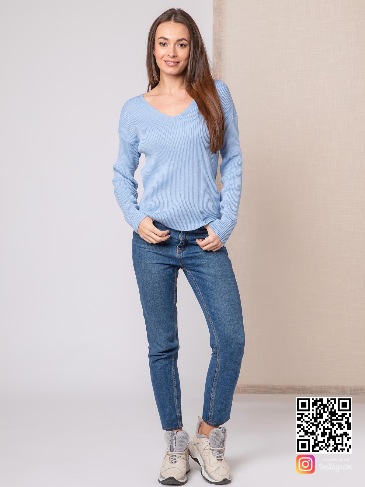 На четвертой фотографии женский тонкий пуловер голубого цвета с V вырезом от Shapar, бренда вязаной одежды ручной работы в интернет-магазине связанных спицами вещей.