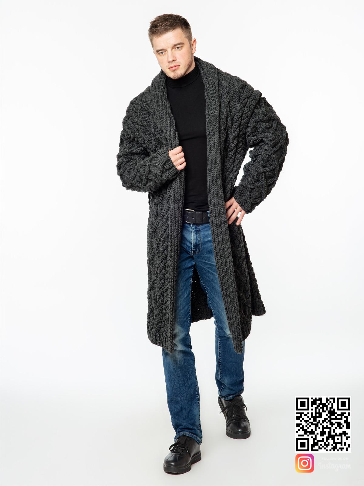 На фотографии удлиненный кардиган мужской от Shapar, бренда вязаной одежды ручной работы в интернет-магазине связанных спицами вещей.