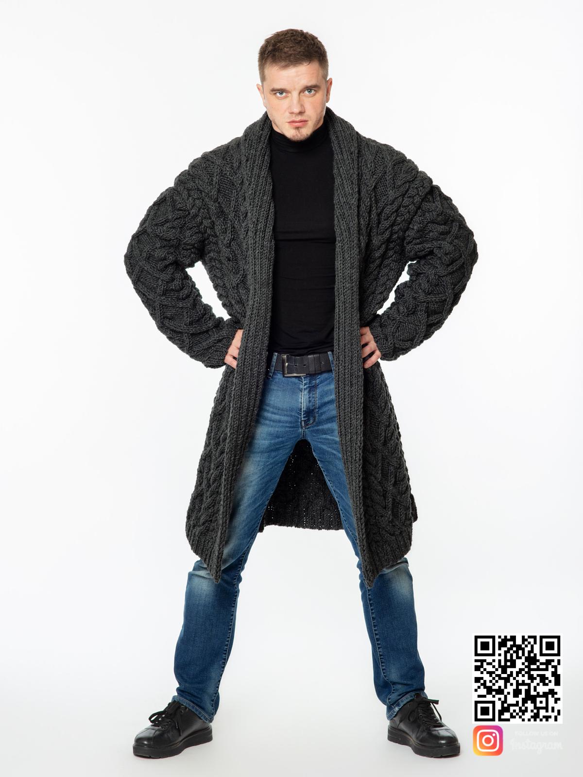 На третьей фотографии удлиненный кардиган мужской в косах от Shapar, бренда вязаной одежды ручной работы в интернет-магазине связанных спицами вещей.