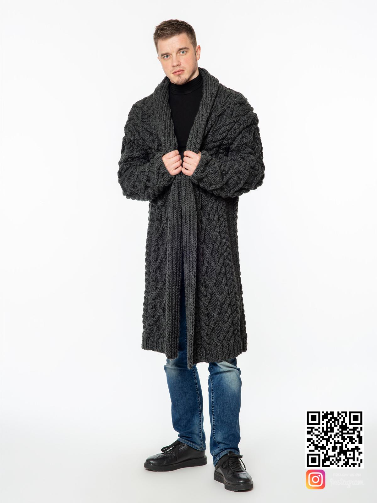 На шестой фотографии теплый удлиненный кардиган мужской из шерсти от Shapar, бренда вязаной одежды ручной работы в интернет-магазине связанных спицами вещей.
