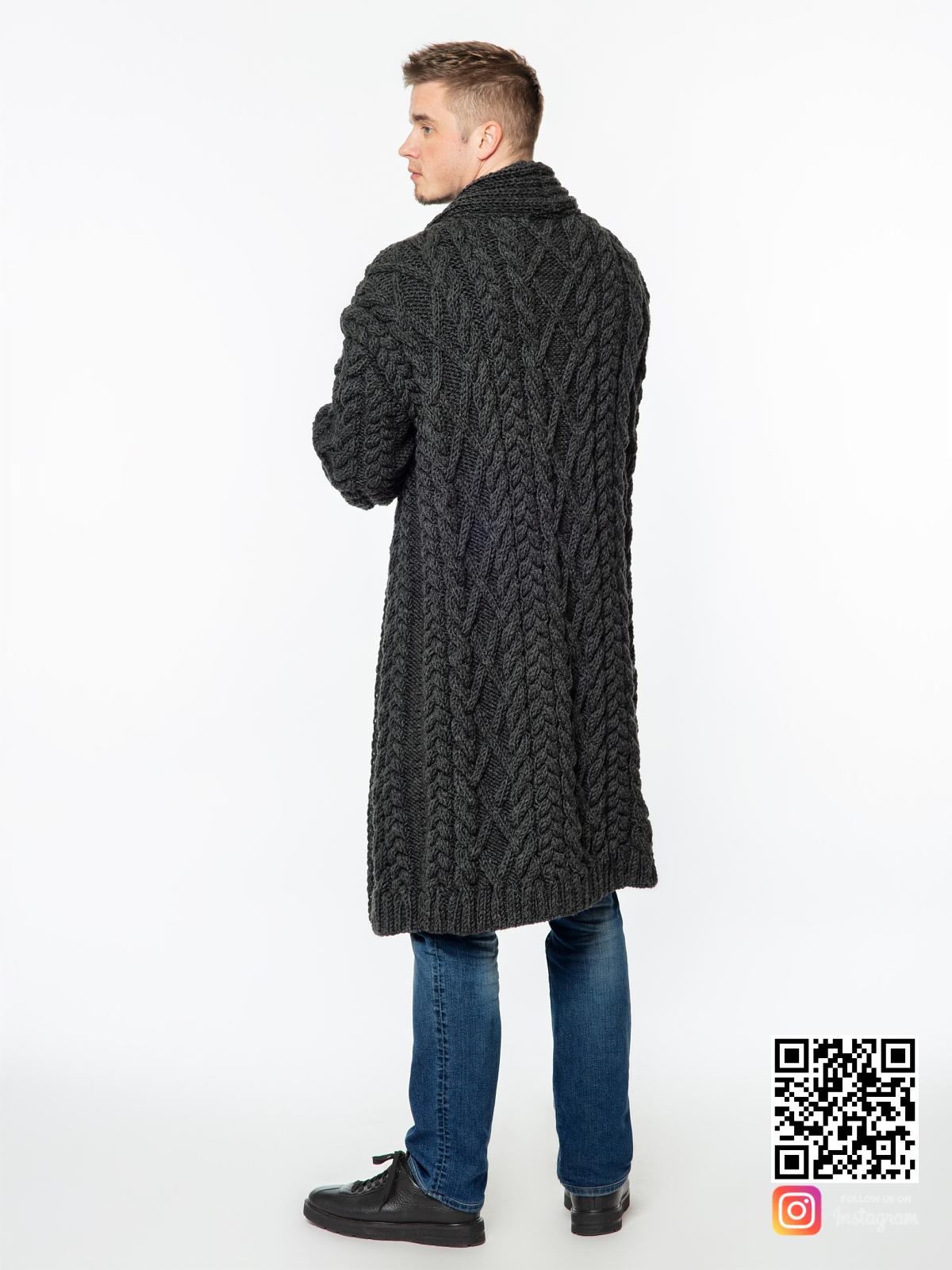 На второй фотографии удлиненный кардиган мужской со спины от Shapar, бренда вязаной одежды ручной работы в интернет-магазине связанных спицами вещей.