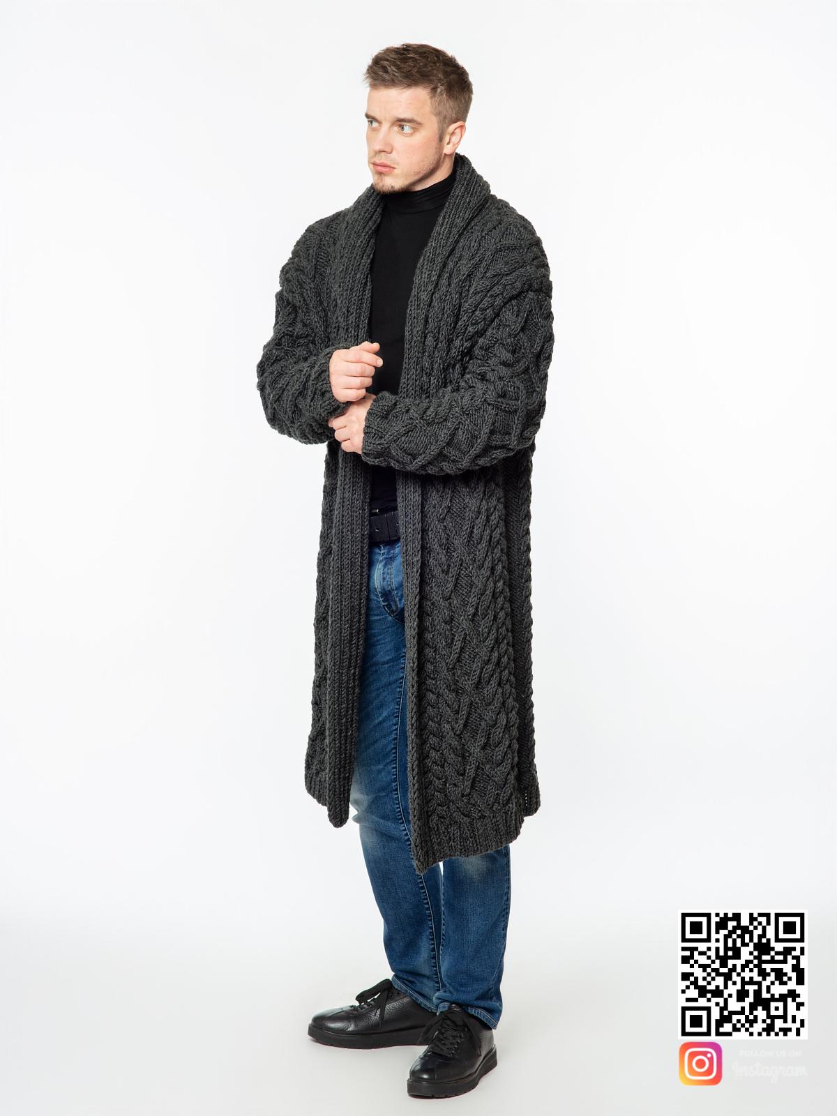 На пятой фотографии удлиненный кардиган мужской крупной вязки от Shapar, бренда вязаной одежды ручной работы в интернет-магазине связанных спицами вещей.