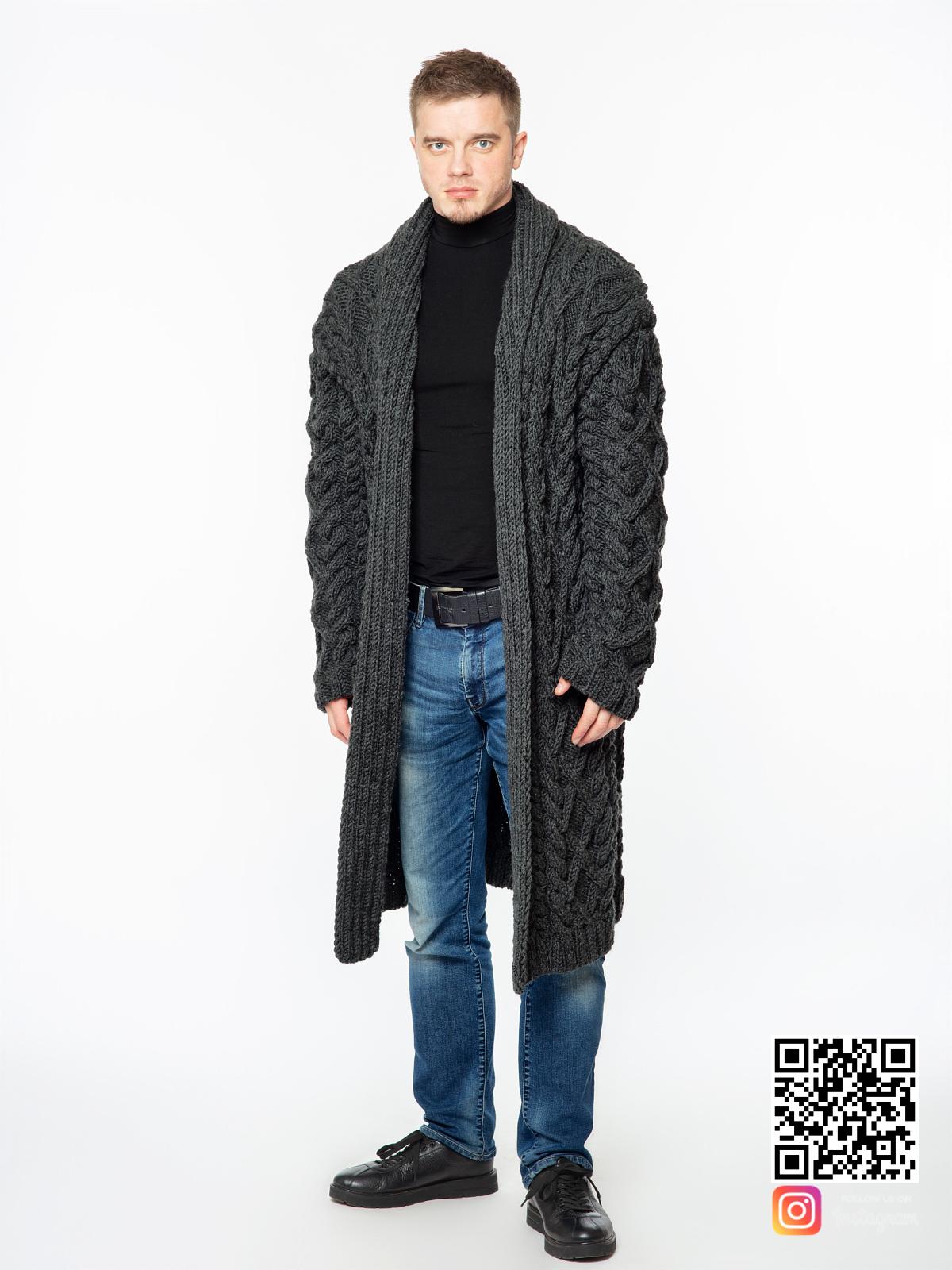 На четвертой фотографии темно-серый удлиненный кардиган мужской от Shapar, бренда вязаной одежды ручной работы в интернет-магазине связанных спицами вещей.