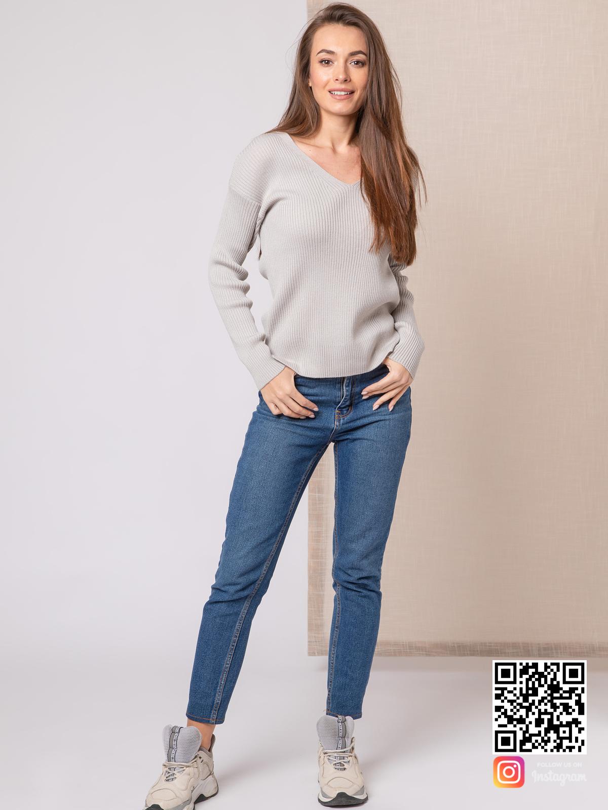 На третьей фотографии женский укороченный свитер серого цвета от Shapar, бренда вязаной одежды ручной работы в интернет-магазине связанных спицами вещей.