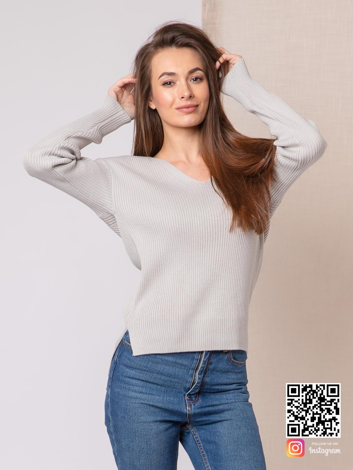 На фотографии женский укороченный свитер от Shapar, бренда вязаной одежды ручной работы в интернет-магазине связанных спицами вещей.
