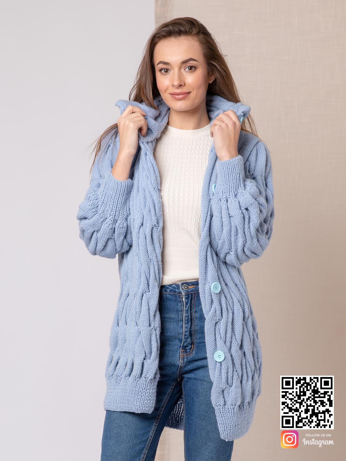 На второй фотографии вязаное пальто для женщин на пуговицах от Shapar, бренда одежды ручной работы в интернет-магазине связанных спицами вещей.