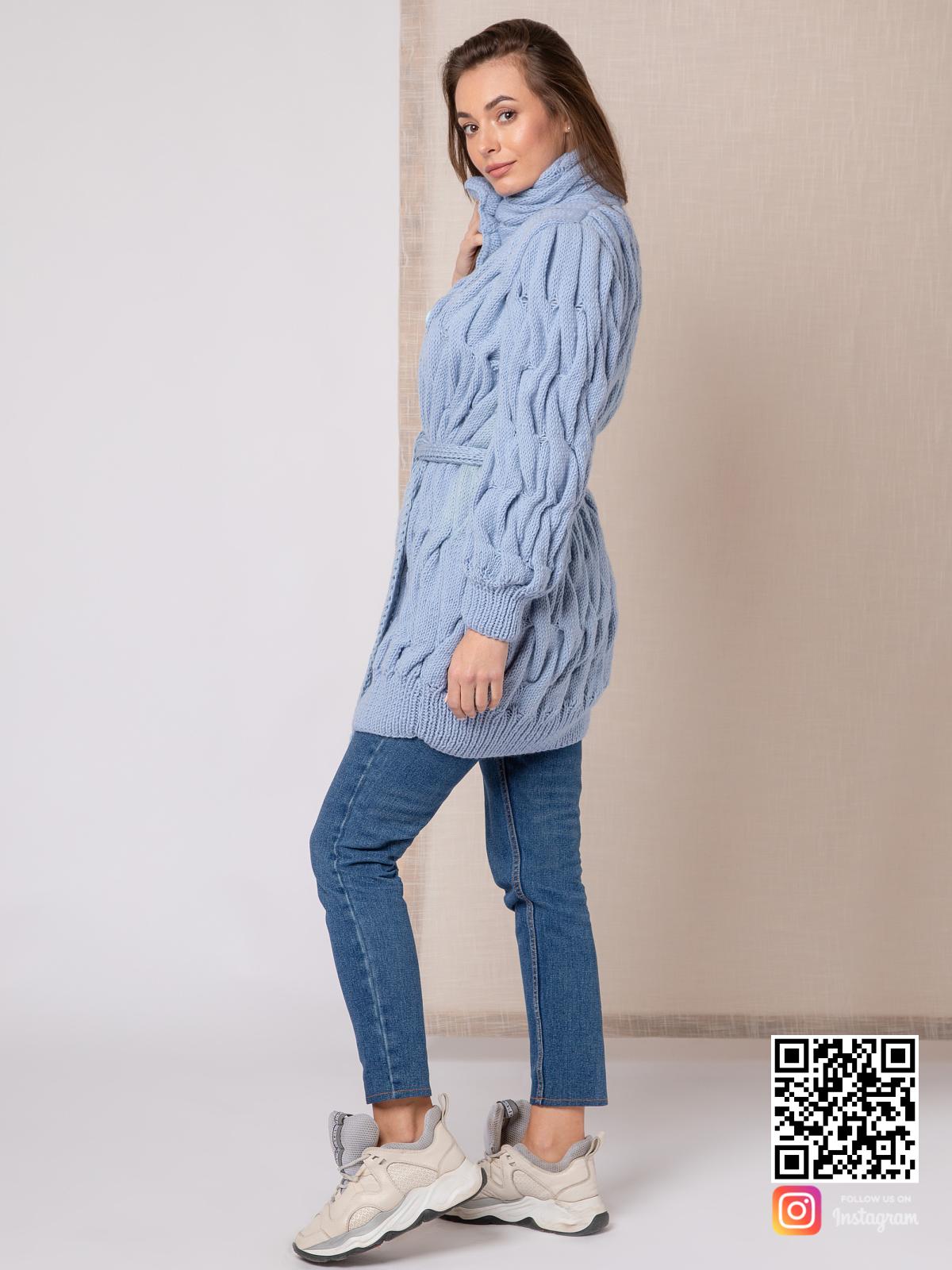 На пятой фотографии вязаное пальто для женщин голубого цвета от Shapar, бренда одежды ручной работы в интернет-магазине связанных спицами вещей.