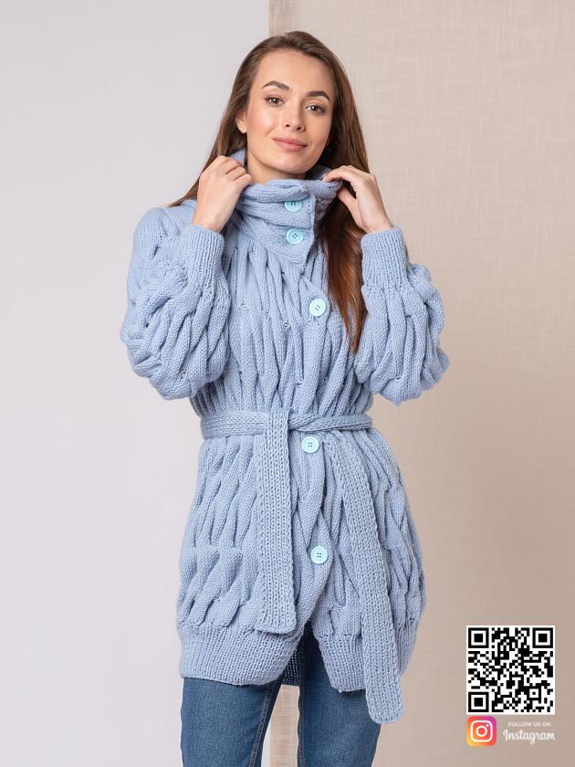 На фотографии вязаное пальто для женщин от Shapar, бренда одежды ручной работы в интернет-магазине связанных спицами вещей.