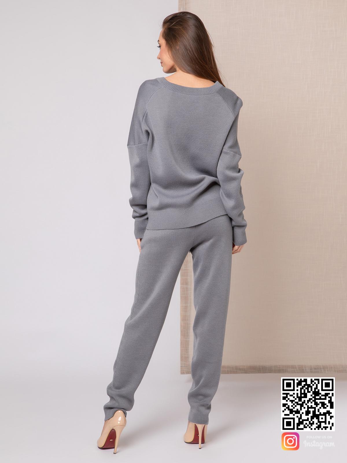На второй фотографии вязаный спортивный костюм женский со спины от Shapar, бренда одежды ручной работы в интернет-магазине связанных спицами вещей.