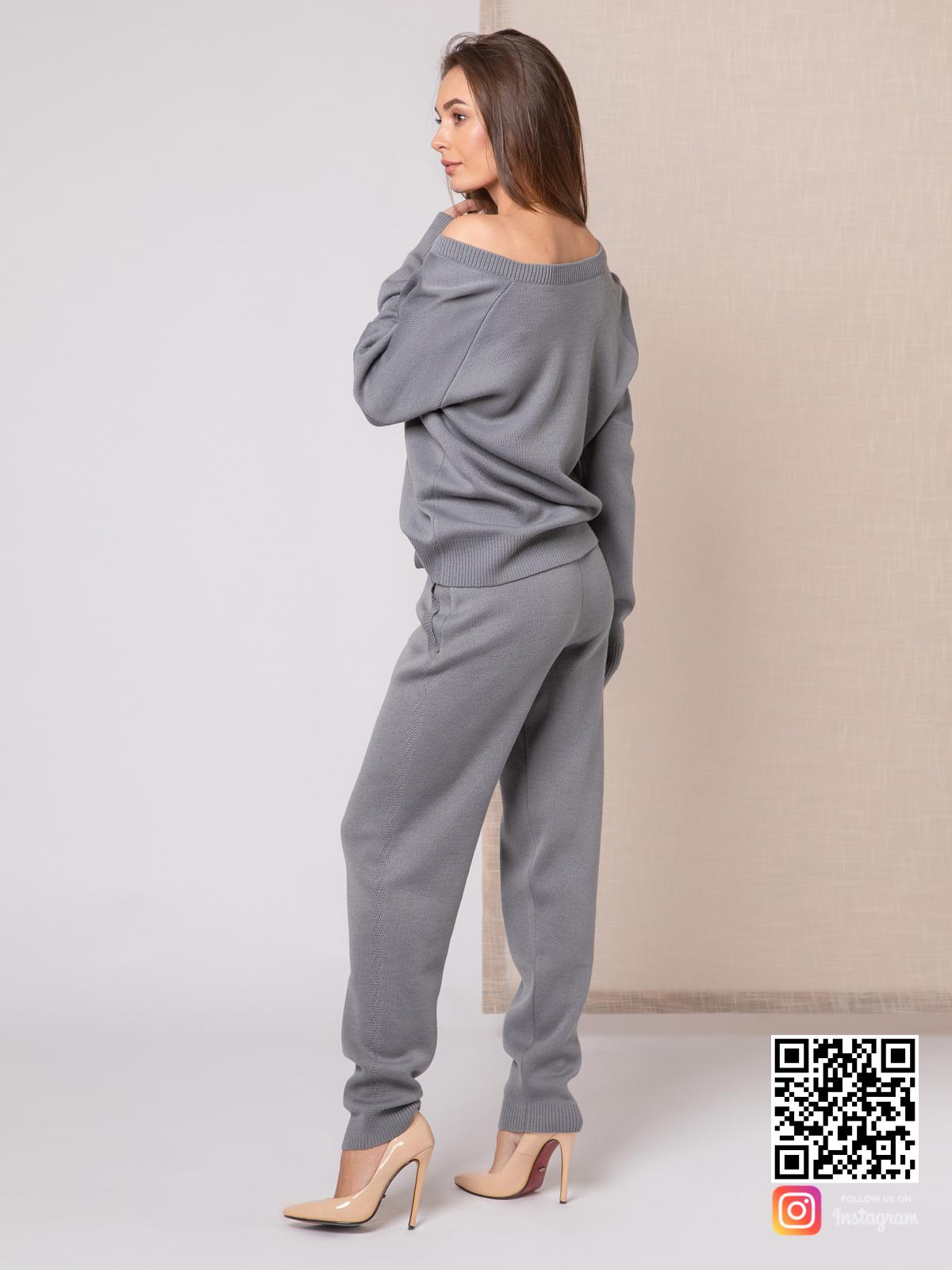 На пятой фотографии вязаный спортивный костюм женский на одно плечо от Shapar, бренда одежды ручной работы в интернет-магазине связанных спицами вещей.