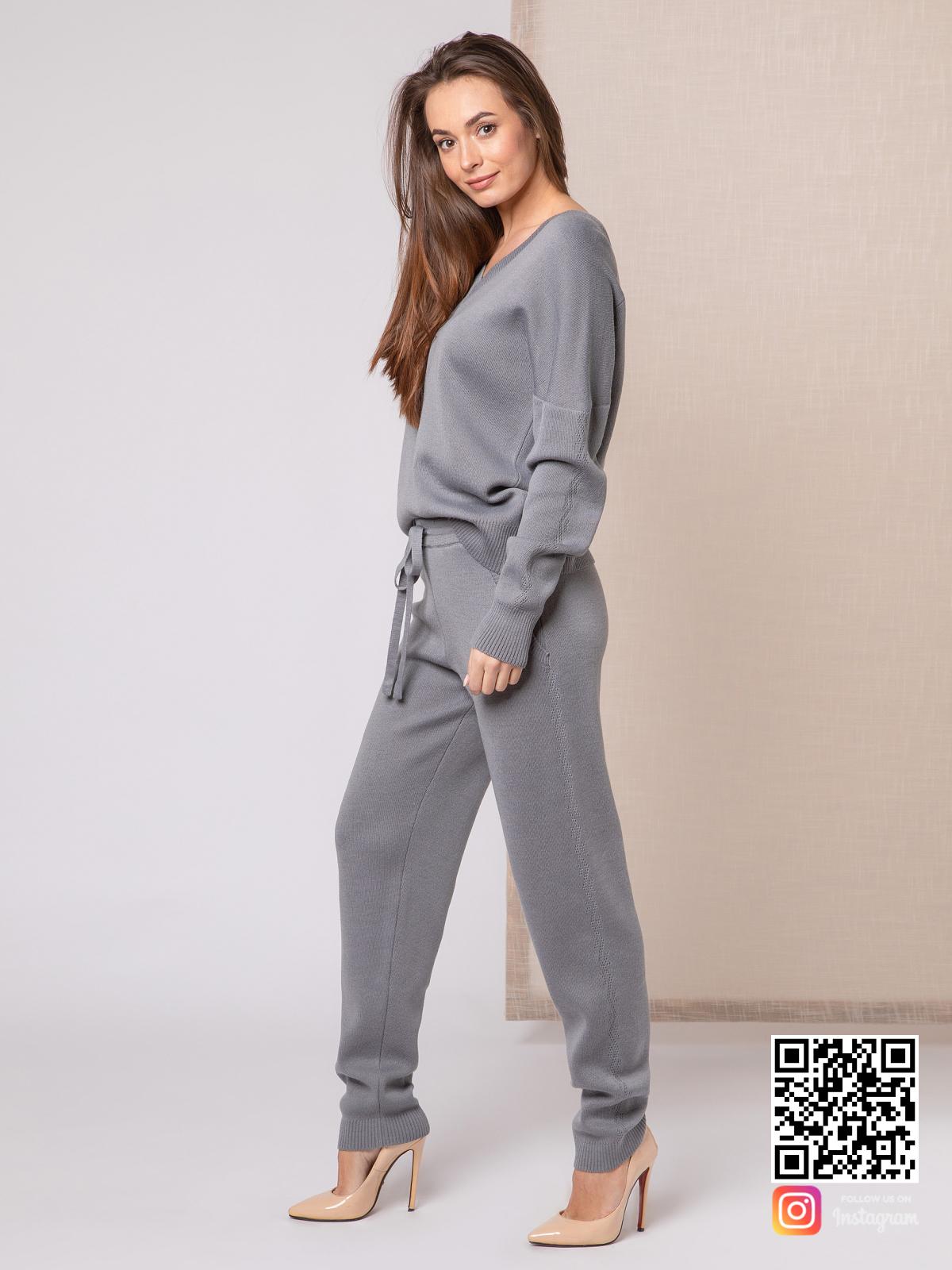 На третьей фотографии вязаный спортивный костюм женский серого цвета от Shapar, бренда одежды ручной работы в интернет-магазине связанных спицами вещей.