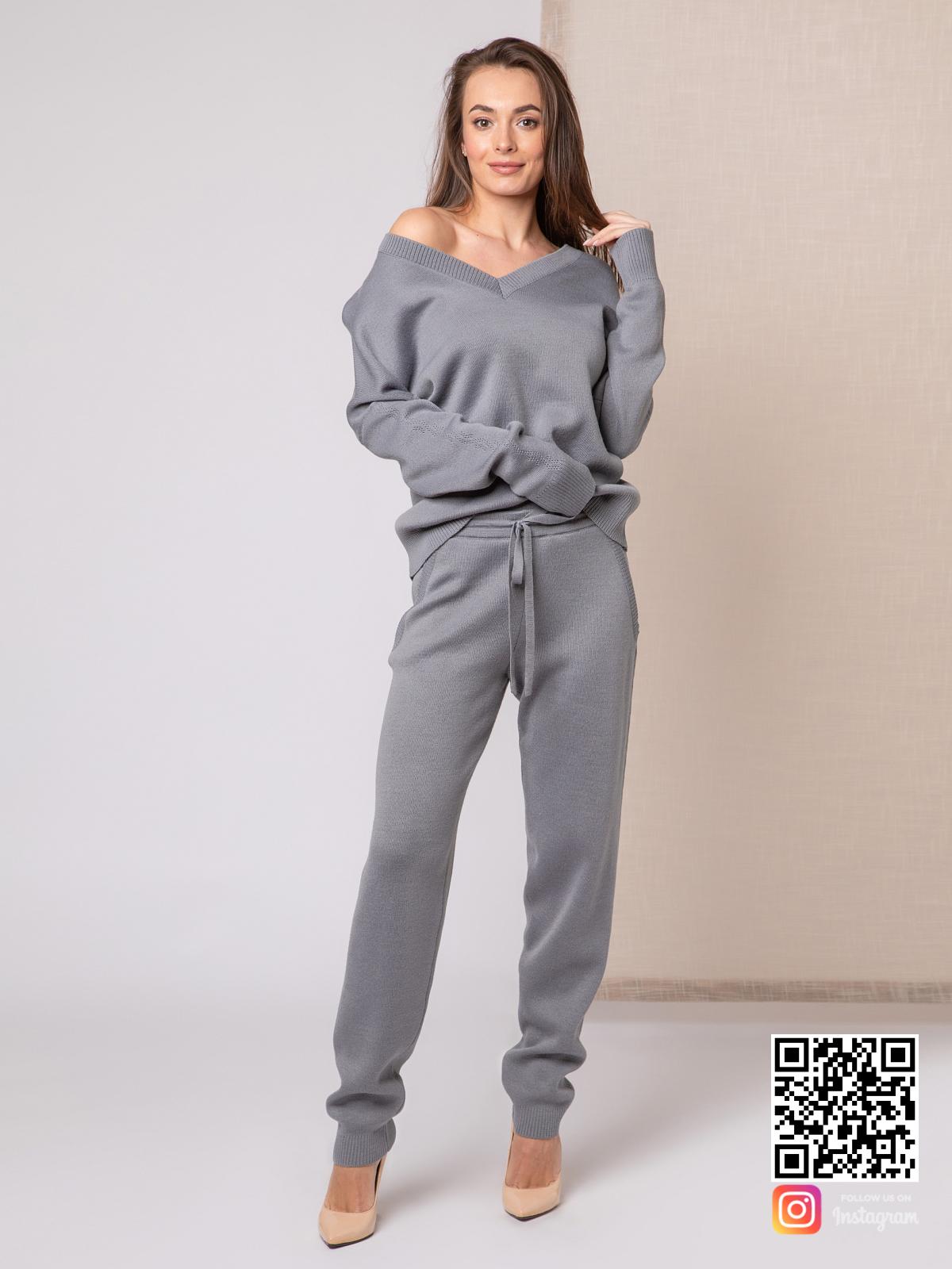 На фотографии вязаный спортивный костюм женский от Shapar, бренда одежды ручной работы в интернет-магазине связанных спицами вещей.