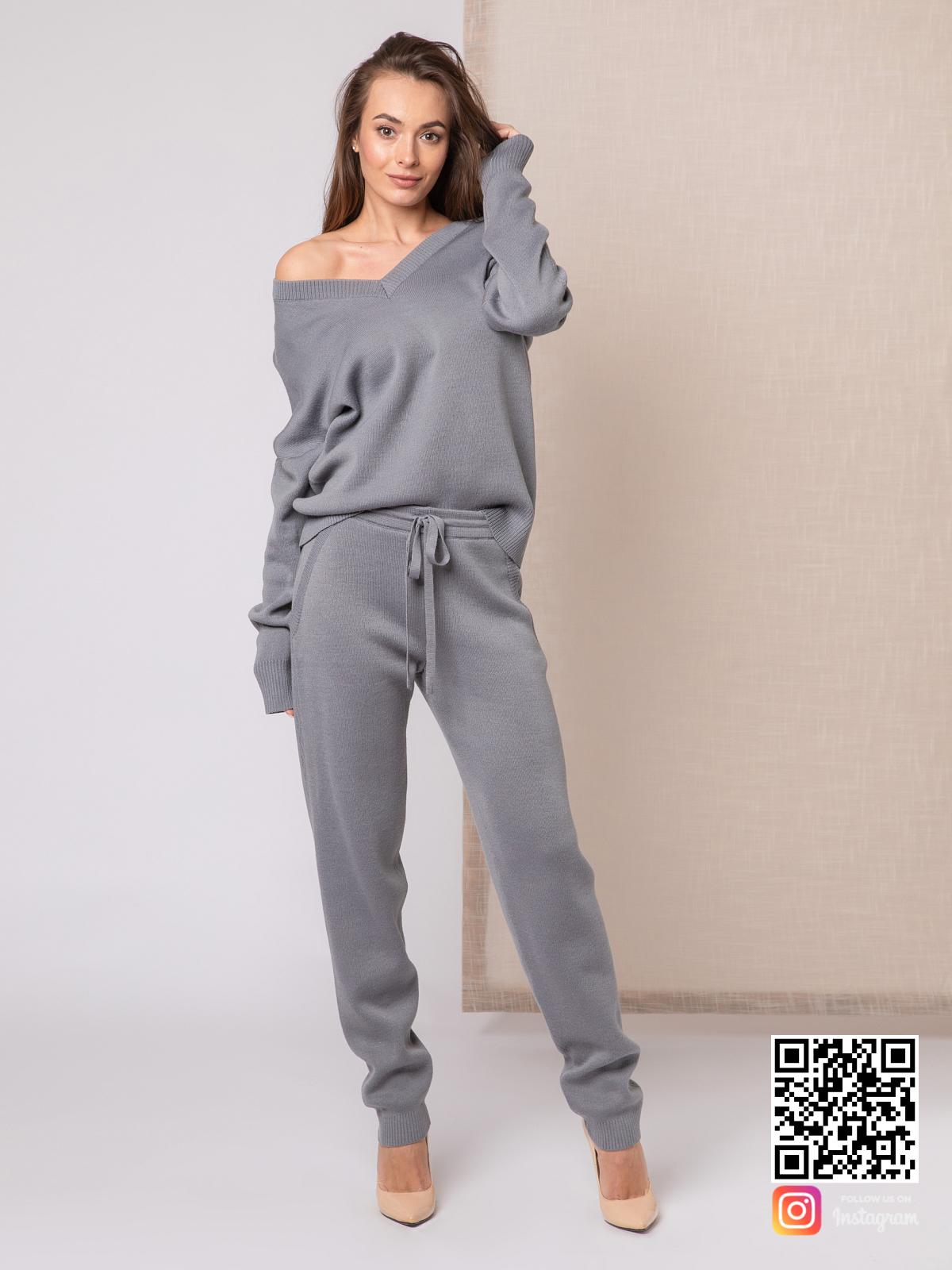 На шестой фотографии серый вязаный спортивный костюм женский на каждый день от Shapar, бренда одежды ручной работы в интернет-магазине связанных спицами вещей.