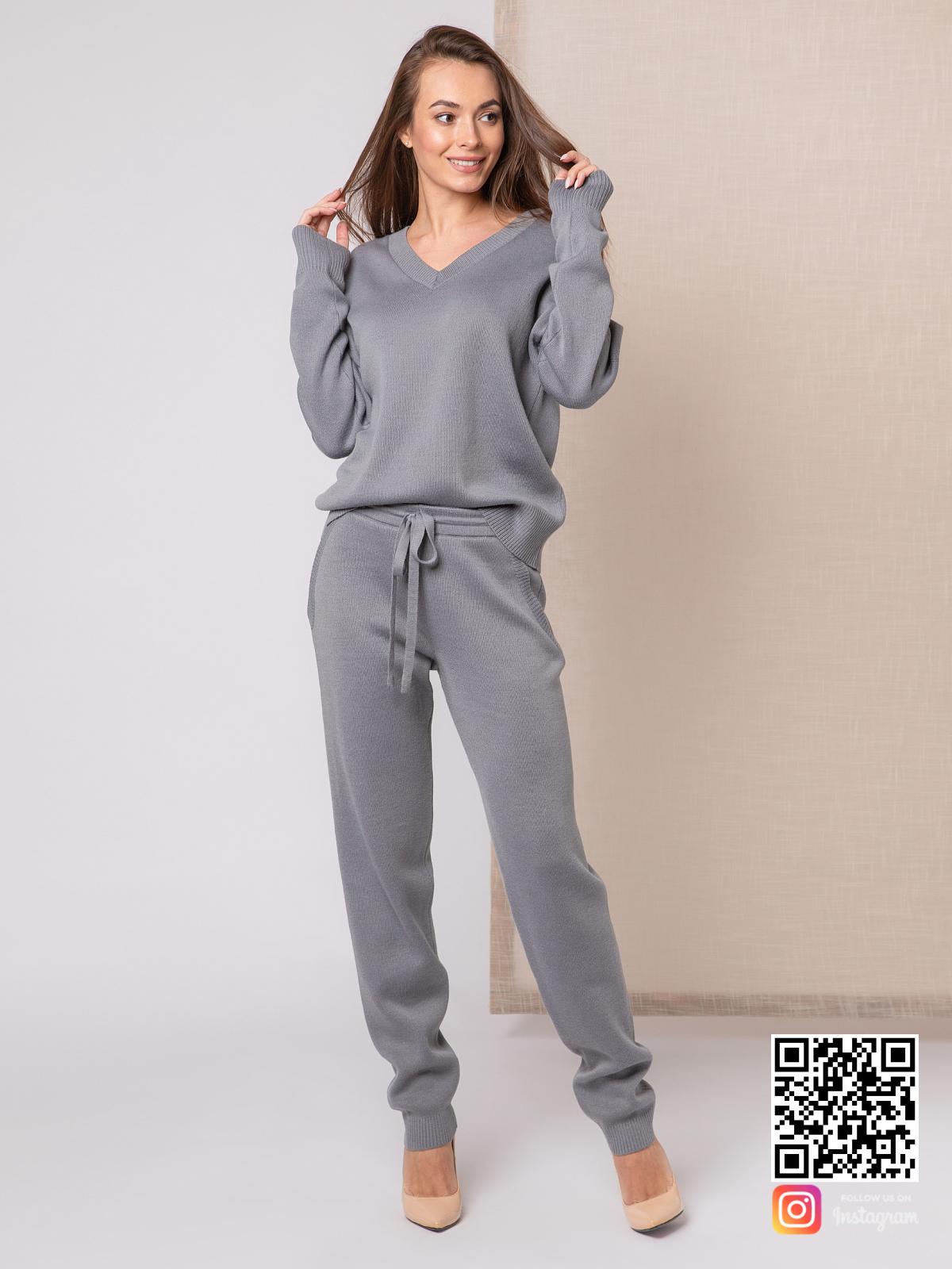 На четвертой фотографии вязаный спортивный костюм женский с V вырезом от Shapar, бренда одежды ручной работы в интернет-магазине связанных спицами вещей.