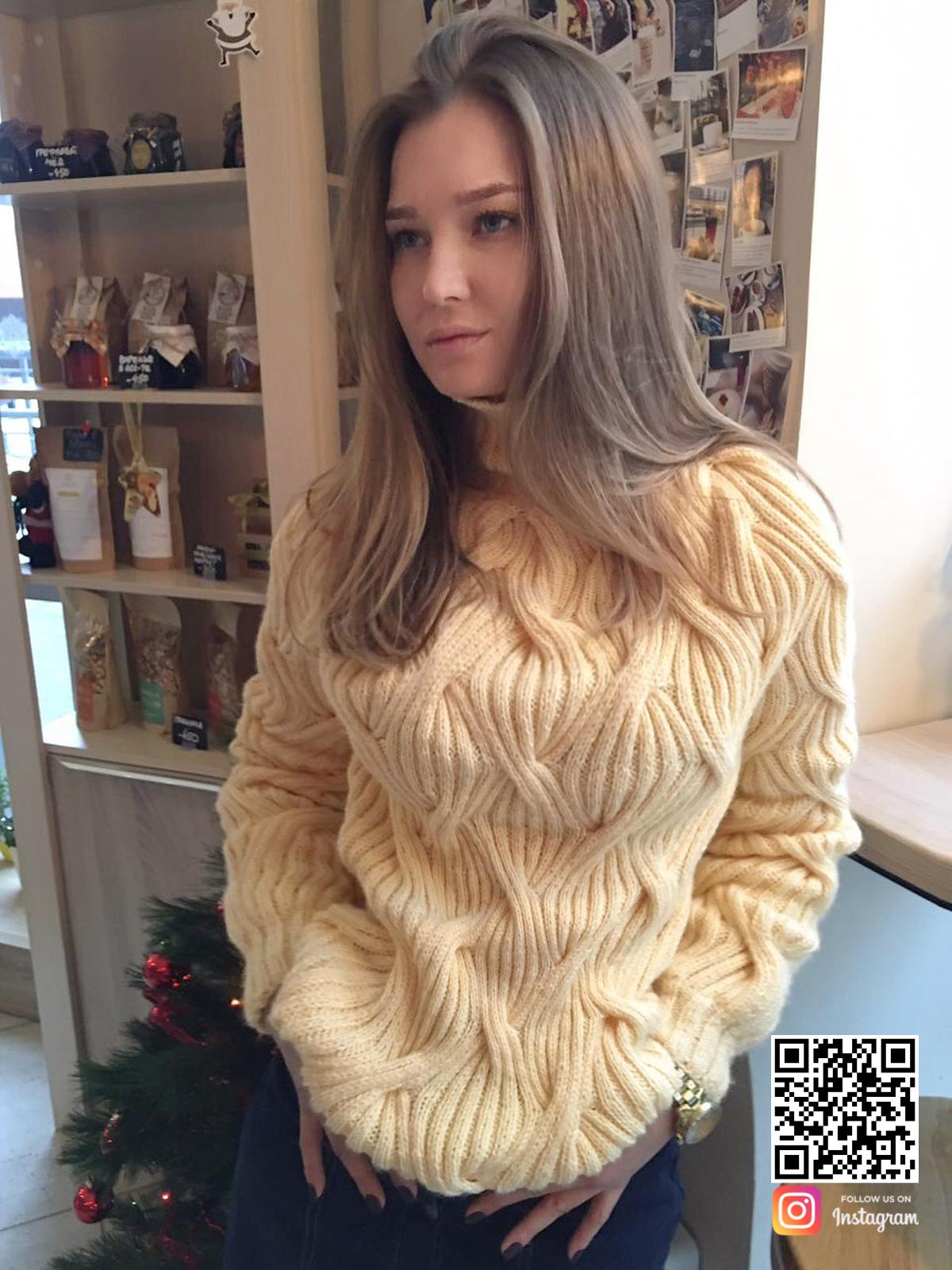 На четвертой фотографии женский джемпер реглан кремового цвета от Shapar, бренда вязаной одежды в интернет-магазине связанных спицами вещей.