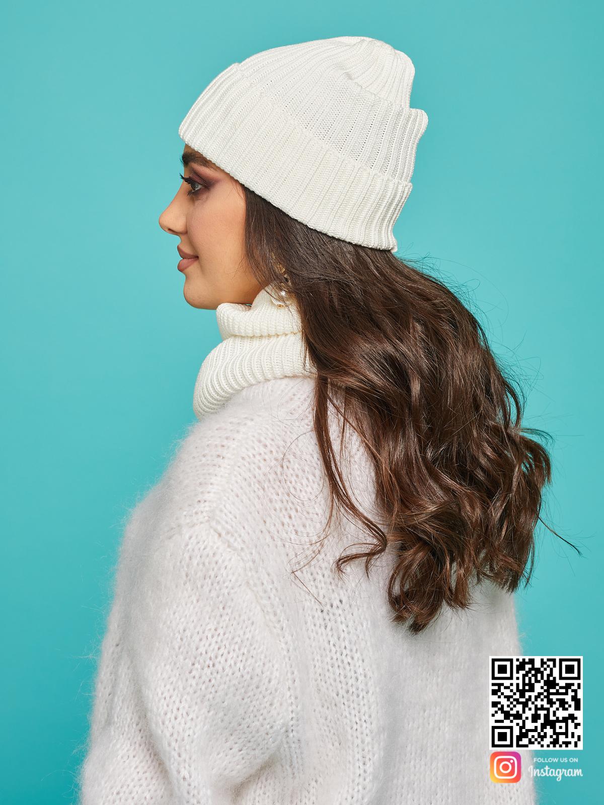 На третьей фотографии стильная белая шапка и снуд от Shapar, бренда вязаной одежды ручной работы в интернет-магазине связанных спицами вещей.