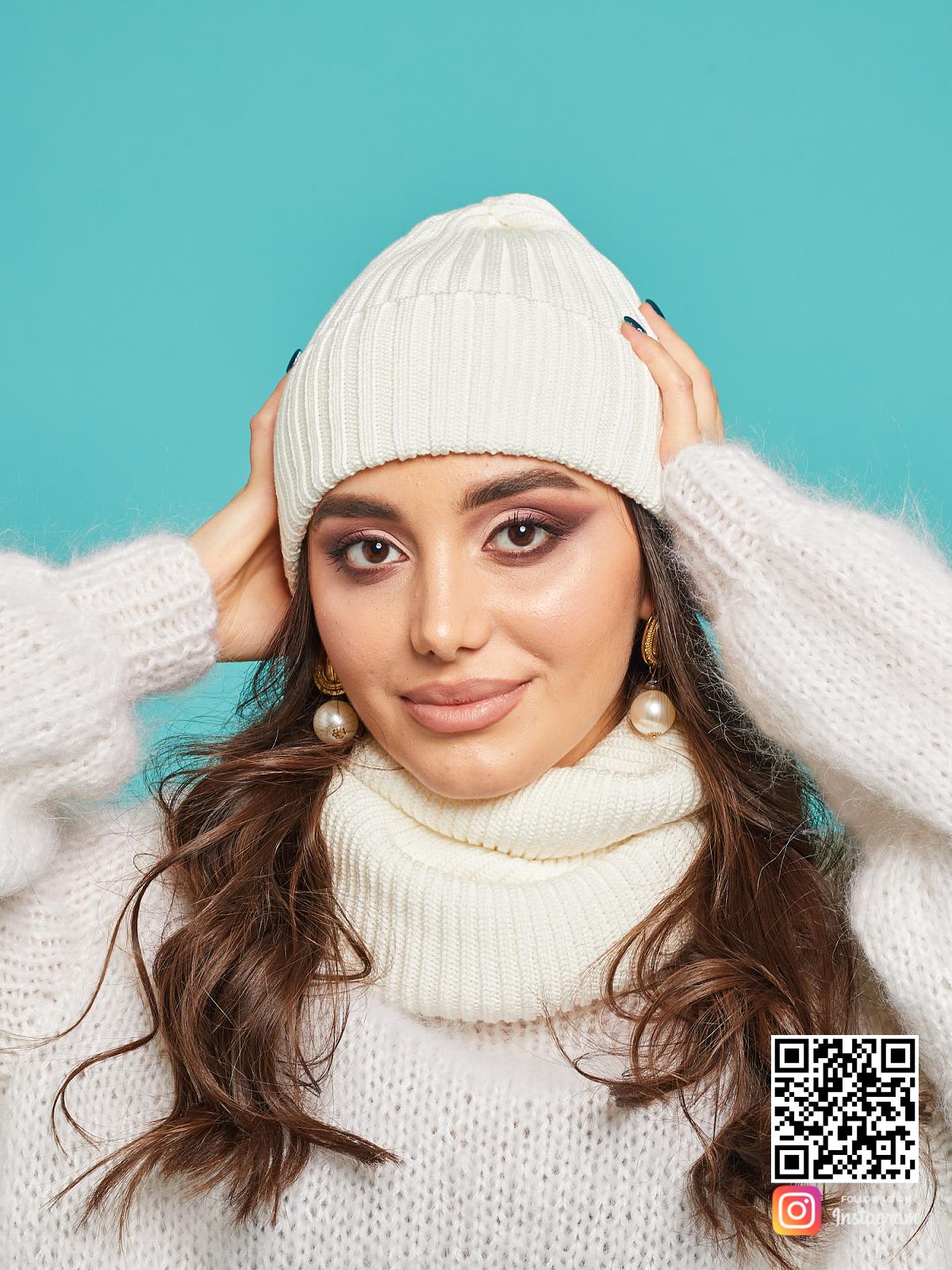 На четвертой фотографии модный комплект: белая шапка и снуд от Shapar, бренда вязаной одежды ручной работы в интернет-магазине связанных спицами вещей.