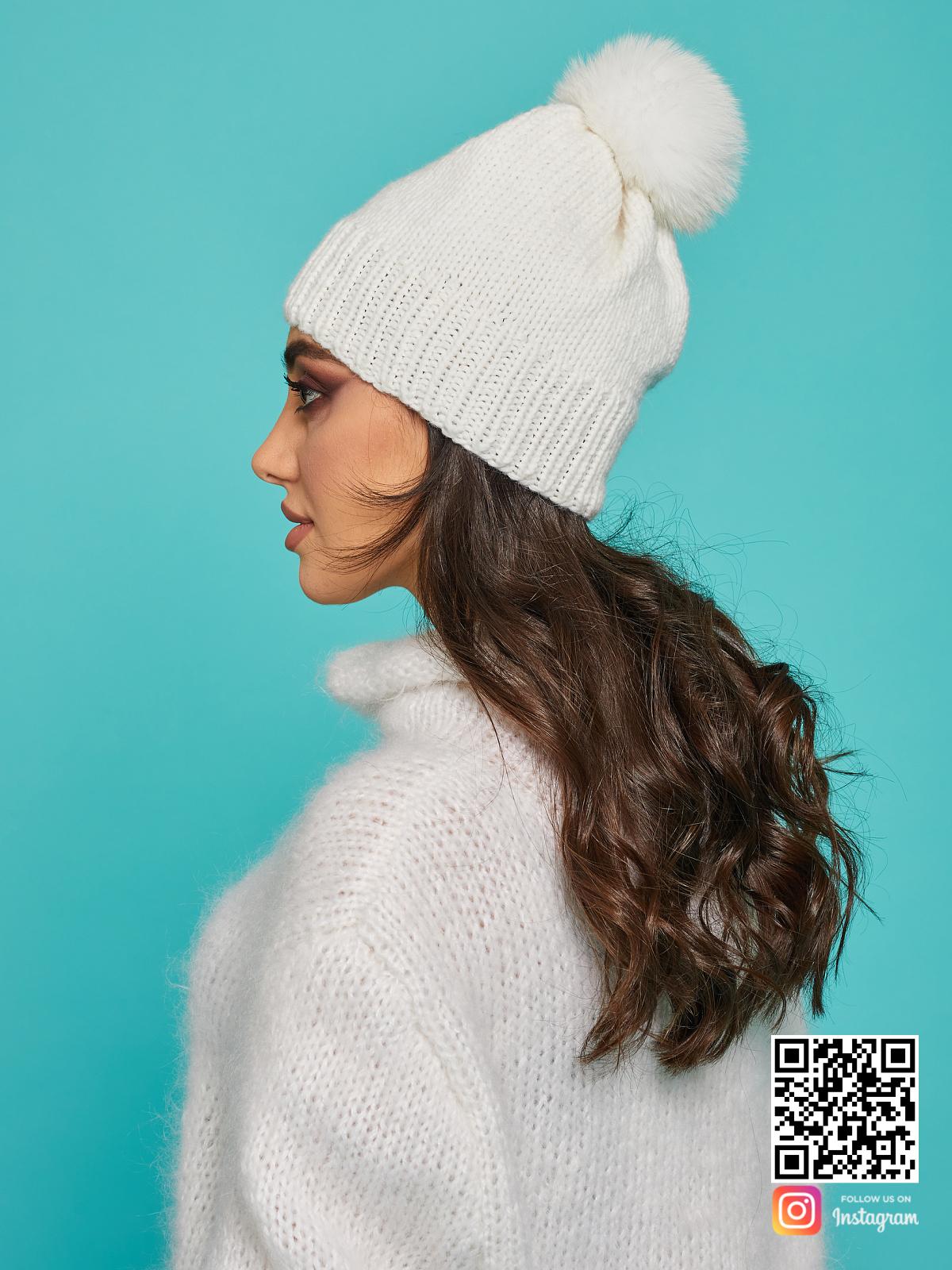 На третьей фотографии теплая белая шапка с помпоном от Shapar, бренда вязаной одежды и головных уборов ручной работы в интернет-магазине связанных спицами вещей.