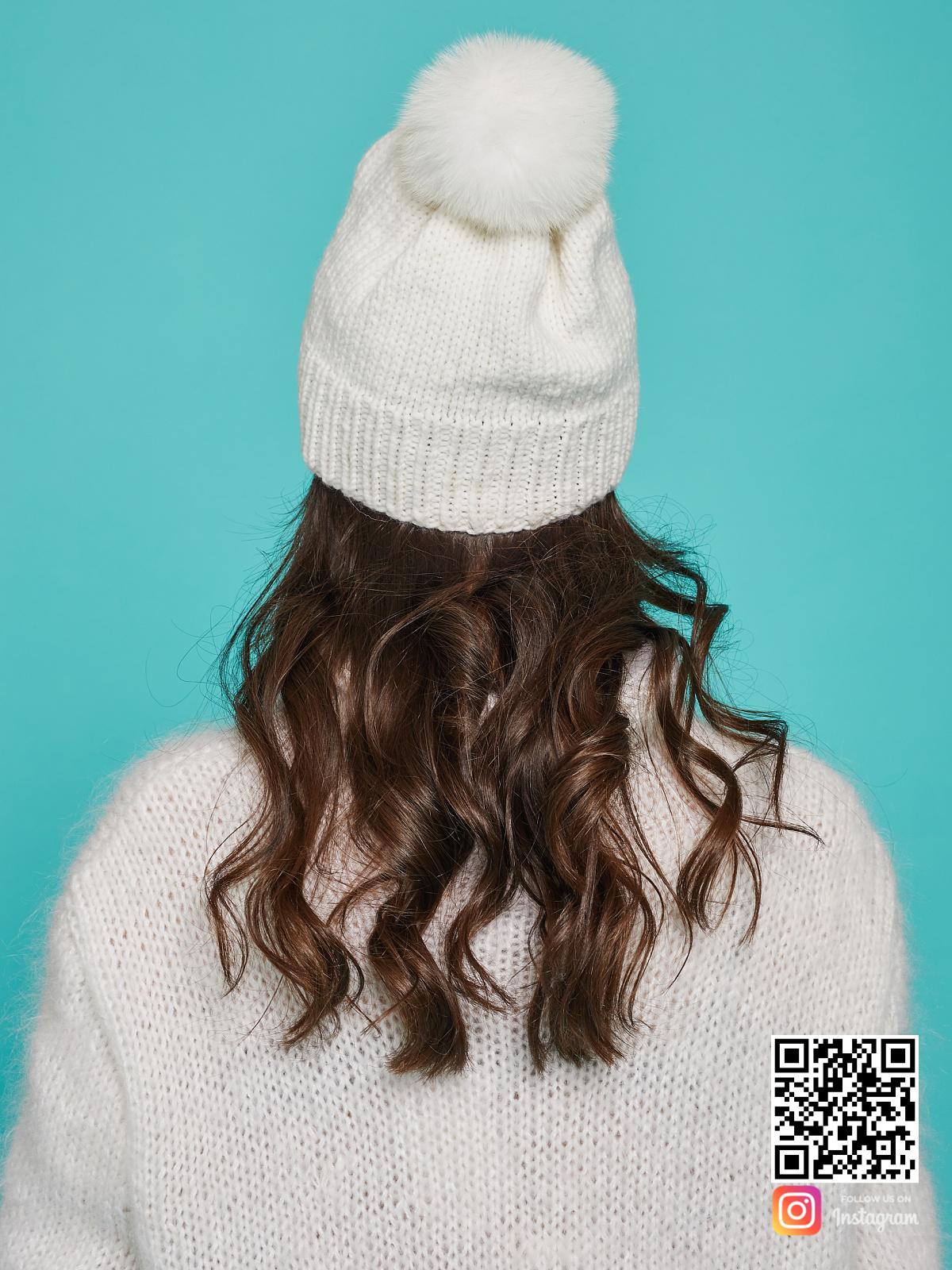 На четвертой фотографии белая шапка с помпоном со спины от Shapar, бренда вязаной одежды и головных уборов ручной работы в интернет-магазине связанных спицами вещей.