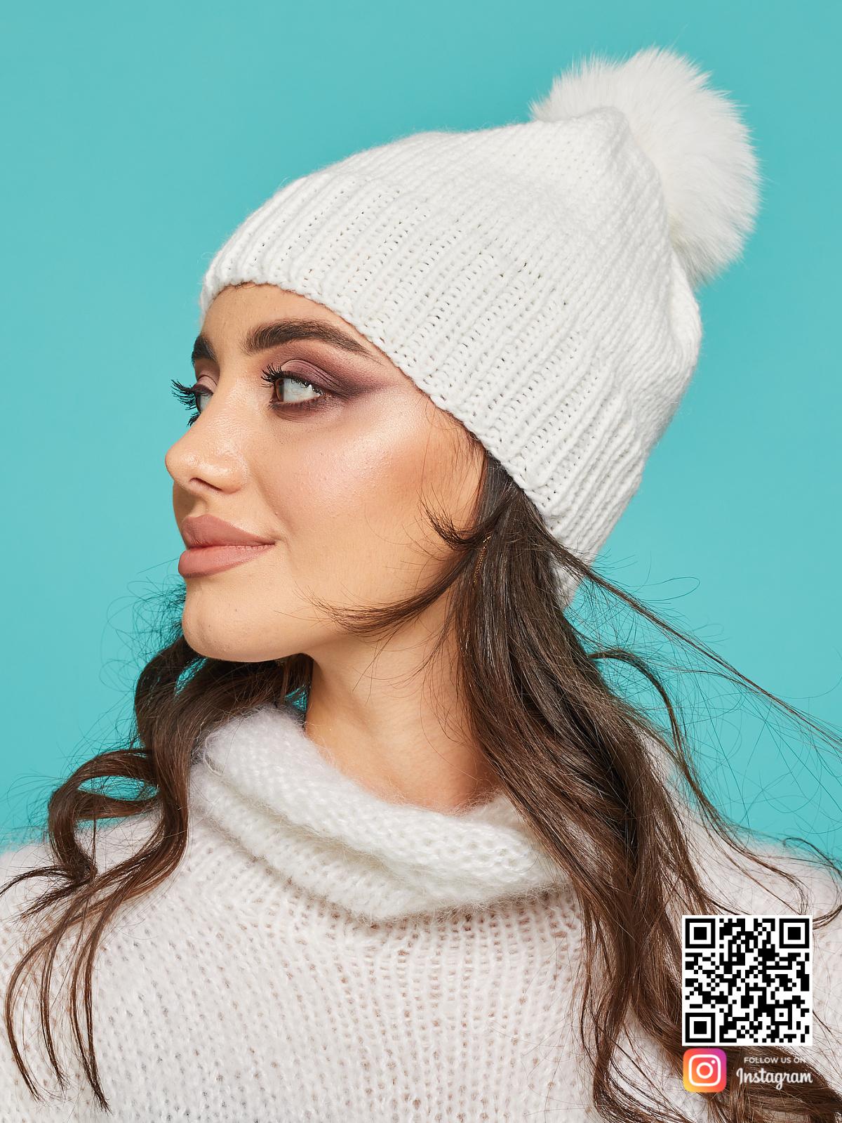 На второй фотографии стильная белая шапка с помпоном от Shapar, бренда вязаной одежды и головных уборов ручной работы в интернет-магазине связанных спицами вещей.