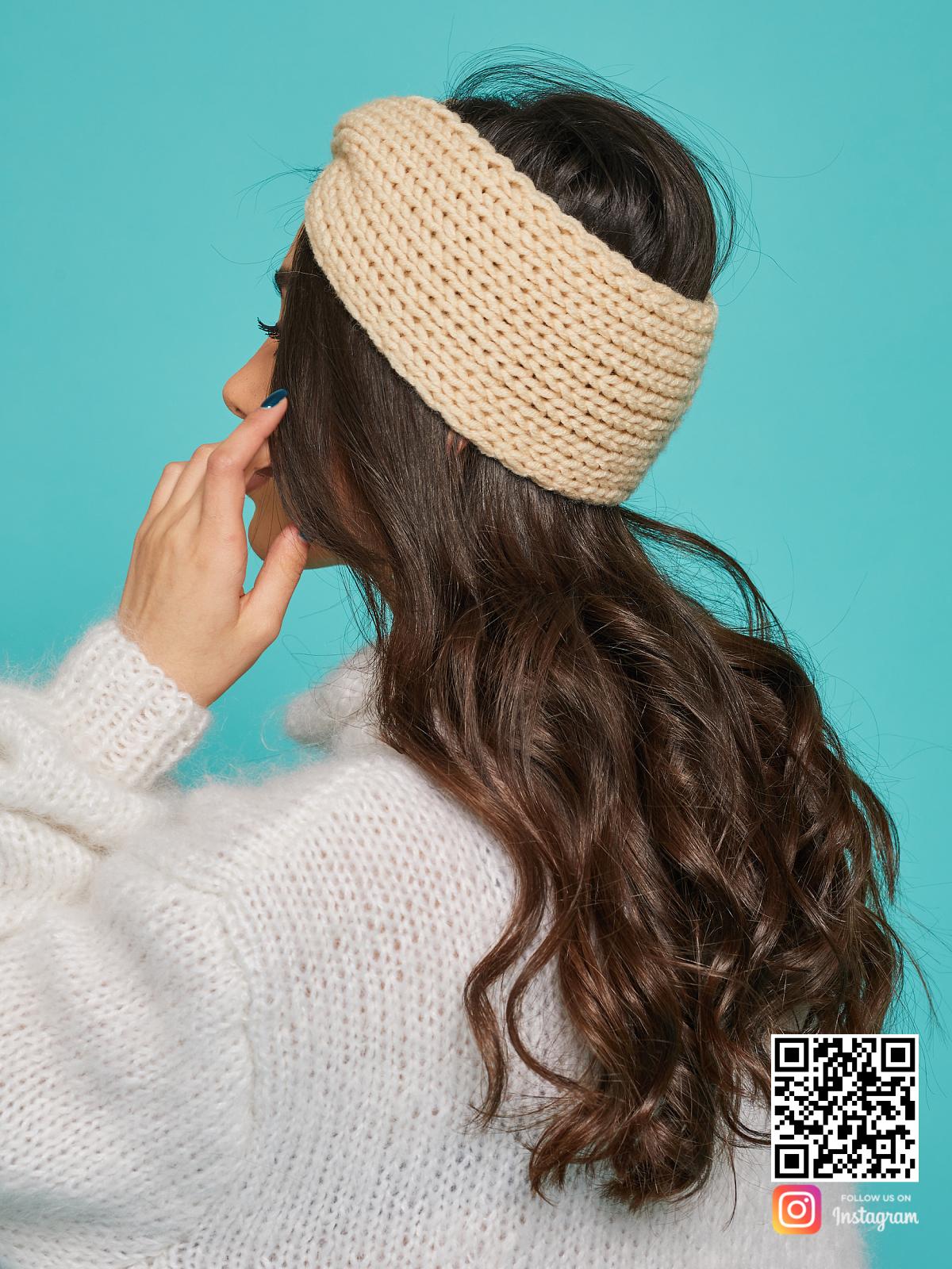 На третьей фотографии теплая бежевая повязка от Shapar, бренда вязаной одежды ручной работы в интернет-магазине связанных спицами вещей.