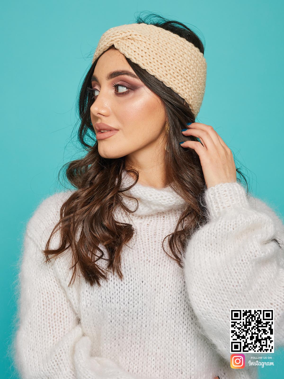На шестой фотографии модная бежевая повязка от Shapar, бренда вязаной одежды ручной работы в интернет-магазине связанных спицами вещей.