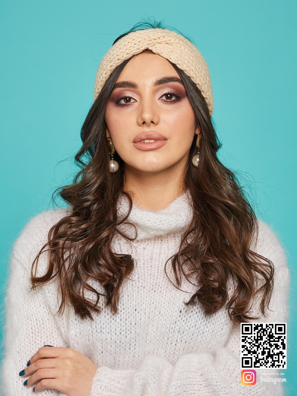 На фотографии бежевая повязка от Shapar, бренда вязаной одежды ручной работы в интернет-магазине связанных спицами вещей.