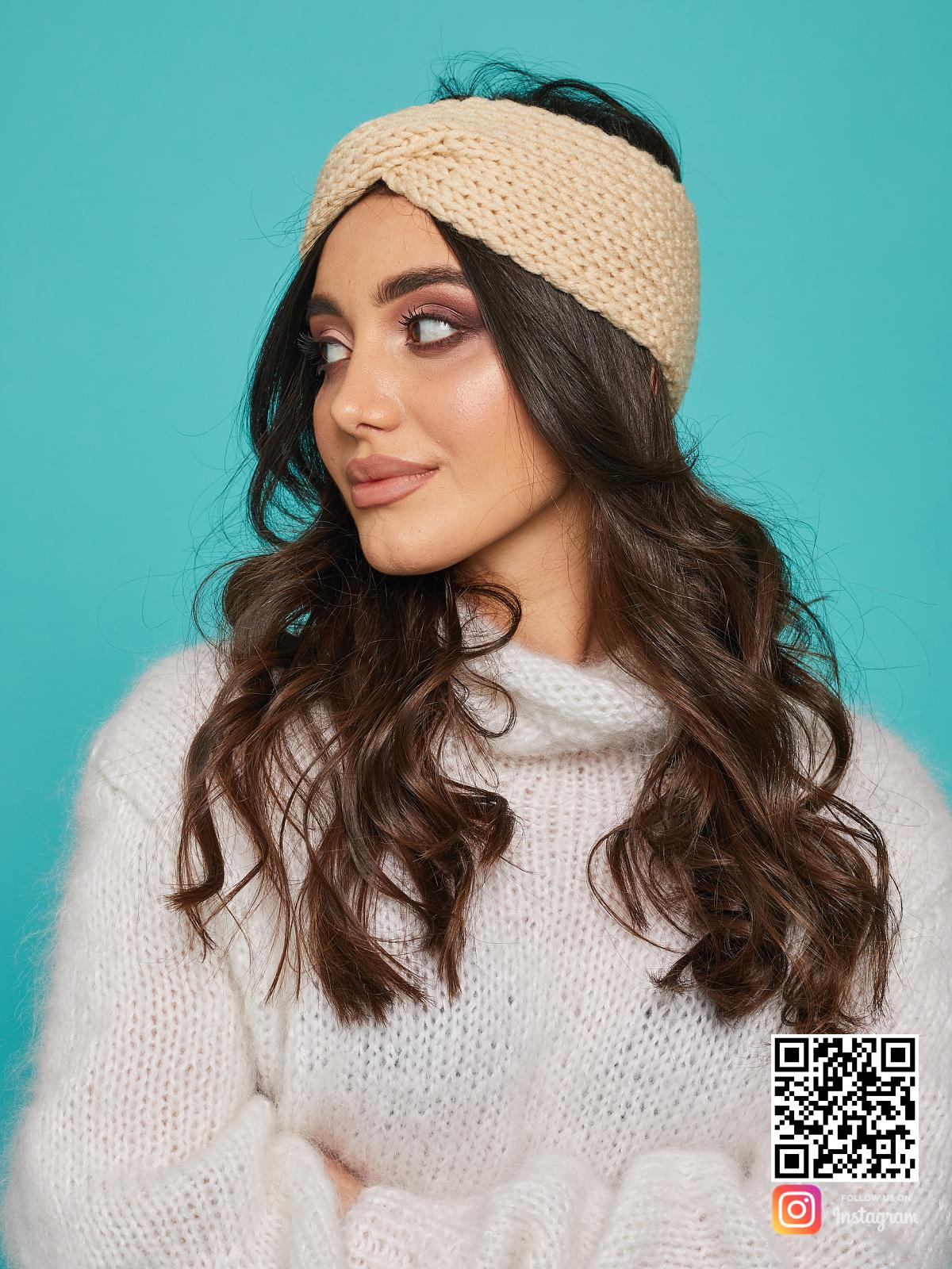 На второй фотографии женская бежевая повязка от Shapar, бренда вязаной одежды ручной работы в интернет-магазине связанных спицами вещей.