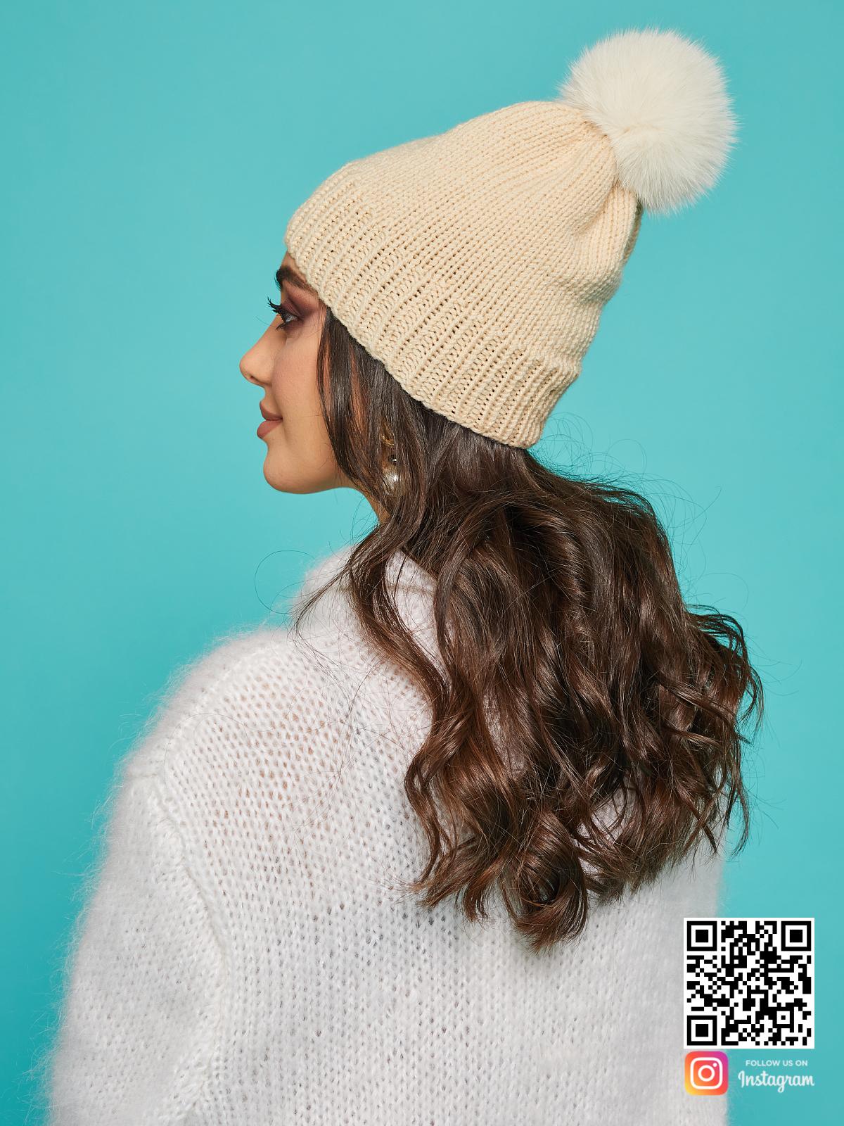 На третьей фотографии стильная бежевая шапка с помпоном от Shapar, бренда вязаной одежды и головных уборов ручной работы в интернет-магазине связанных спицами вещей.