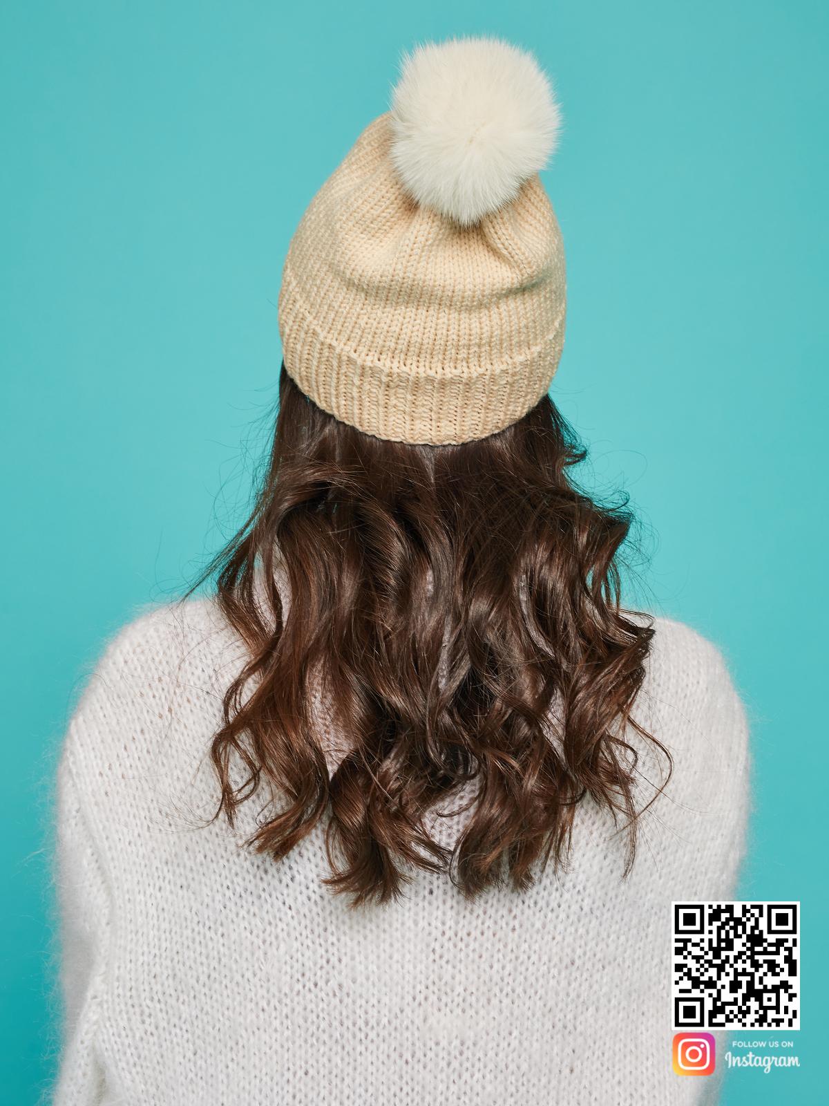 На четвертой фотографии бежевая шапка с помпоном со спины от Shapar, бренда вязаной одежды и головных уборов ручной работы в интернет-магазине связанных спицами вещей.