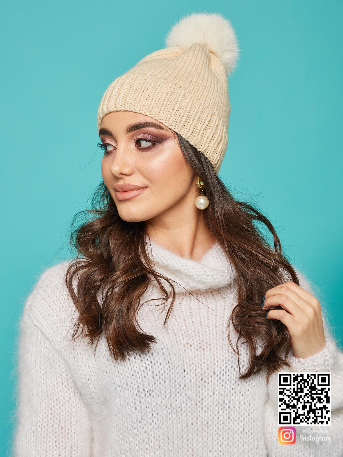 На второй фотографии женская бежевая шапка с помпоном от Shapar, бренда вязаной одежды и головных уборов ручной работы в интернет-магазине связанных спицами вещей.