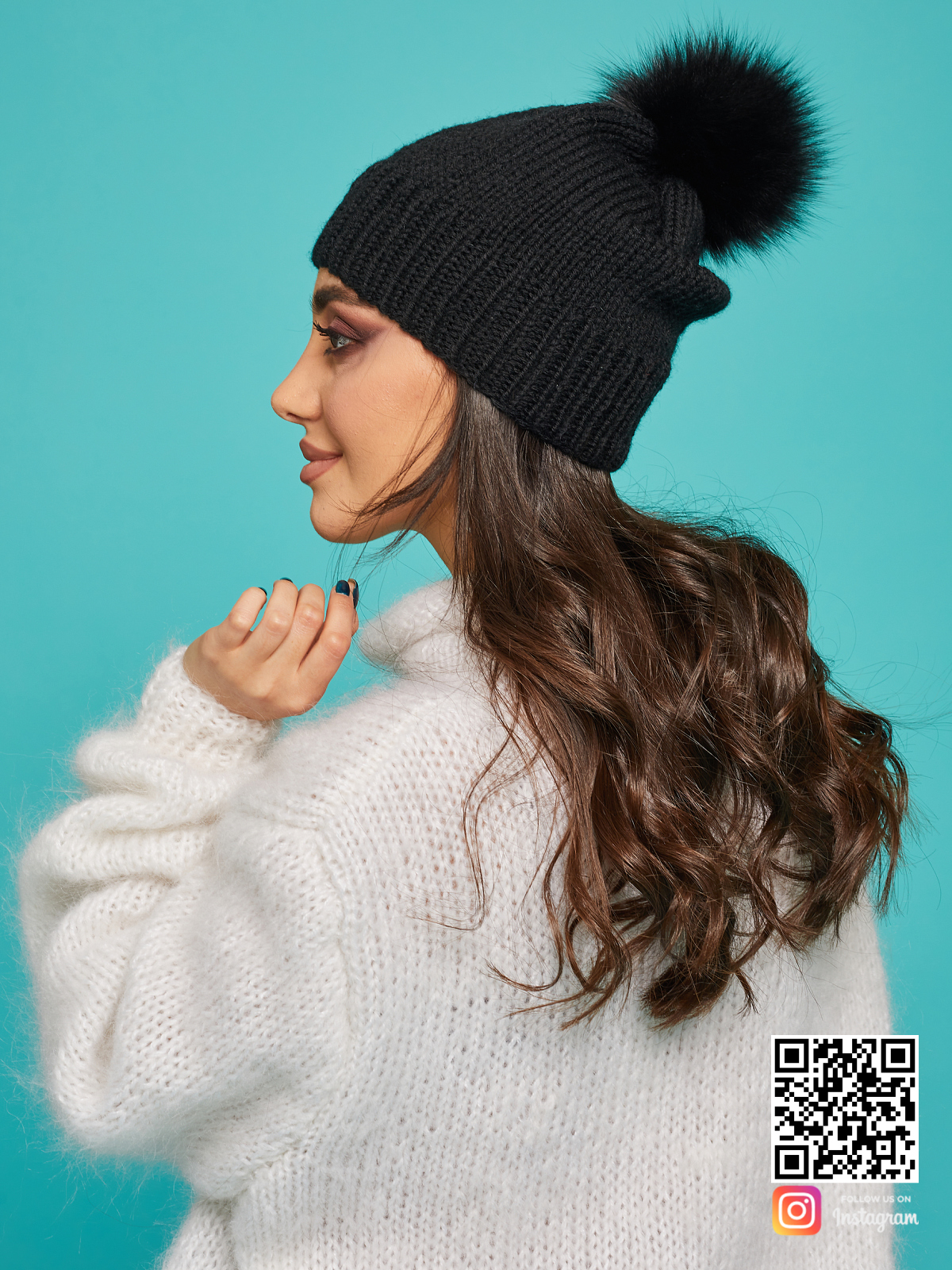 На третьей фотографии теплая черная шапка с помпоном от Shapar, бренда вязаной одежды и головных уборов ручной работы в интернет-магазине связанных спицами вещей.