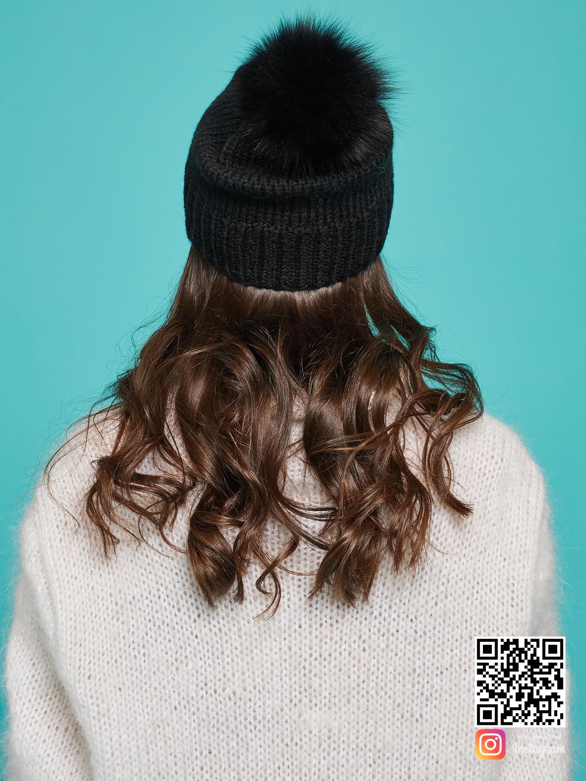 На четвертой фотографии черная шапка с помпоном со спины от Shapar, бренда вязаной одежды и головных уборов ручной работы в интернет-магазине связанных спицами вещей.