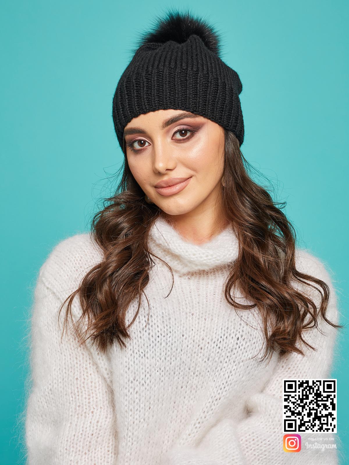 На пятой фотографии модная черная шапка с помпоном для девушек и женщин от Shapar, бренда вязаной одежды и головных уборов ручной работы в интернет-магазине связанных спицами вещей.